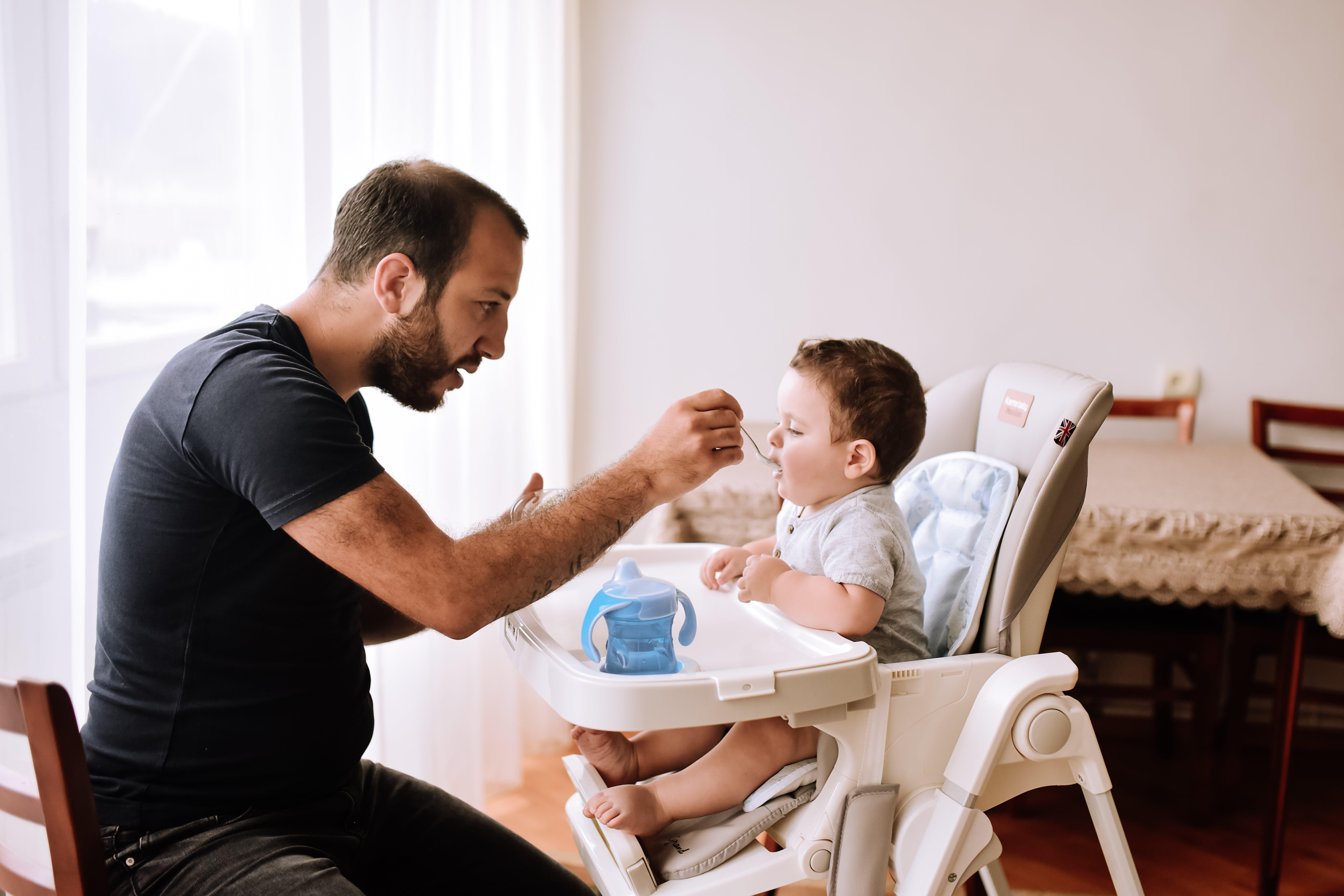 Armenia: un papà imbocca il suo bambino