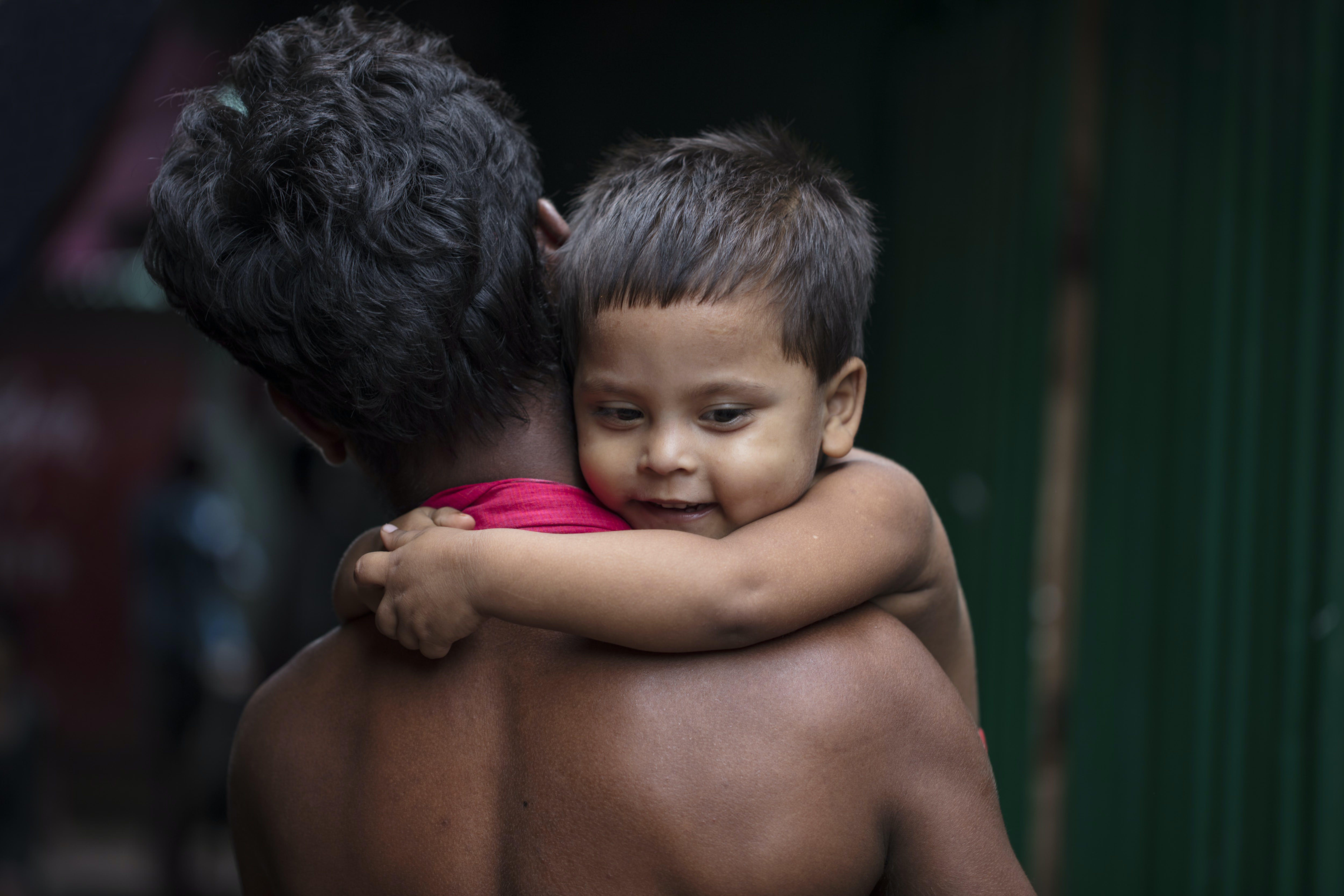 Bangladesh, Polly abbraccia suo padre Mohhamad Poran