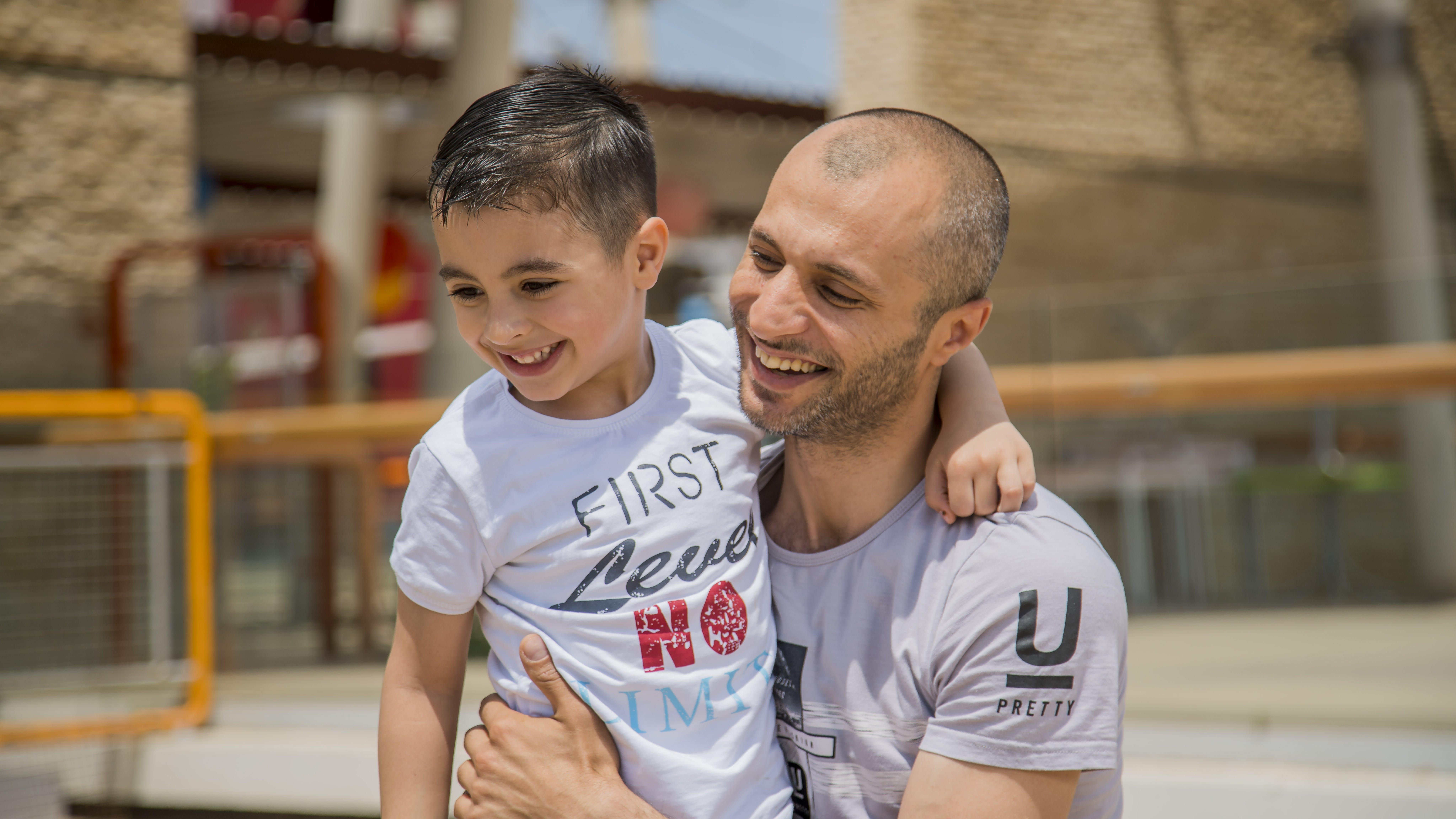 Giordania, Mustafa Denou gioca con suo figlio Abdul Wahab, 4 anni.