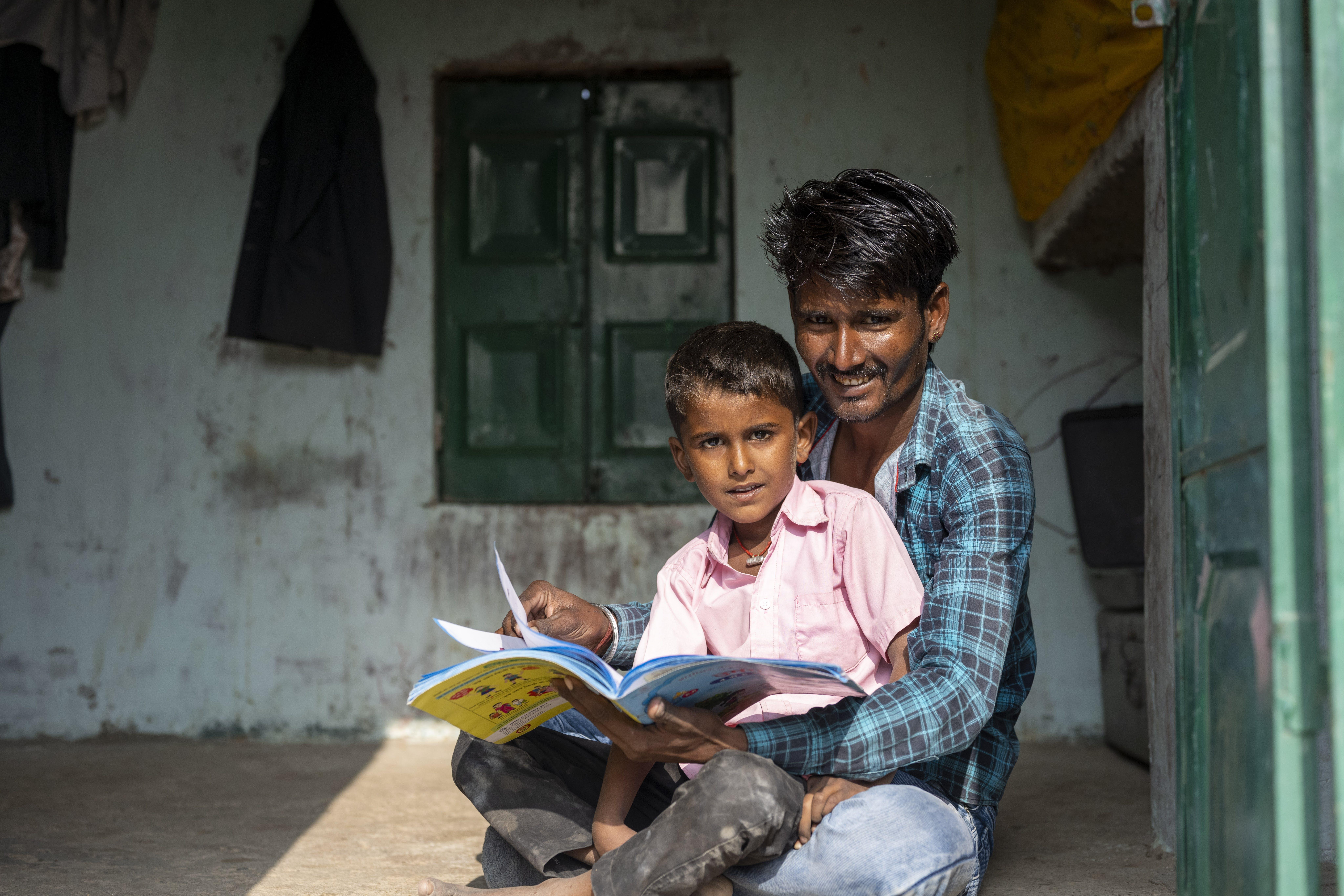 India, Abhishing aiuta  suo figlio Som con i compiti tutti i giorni da quando le scuole sono chiuse