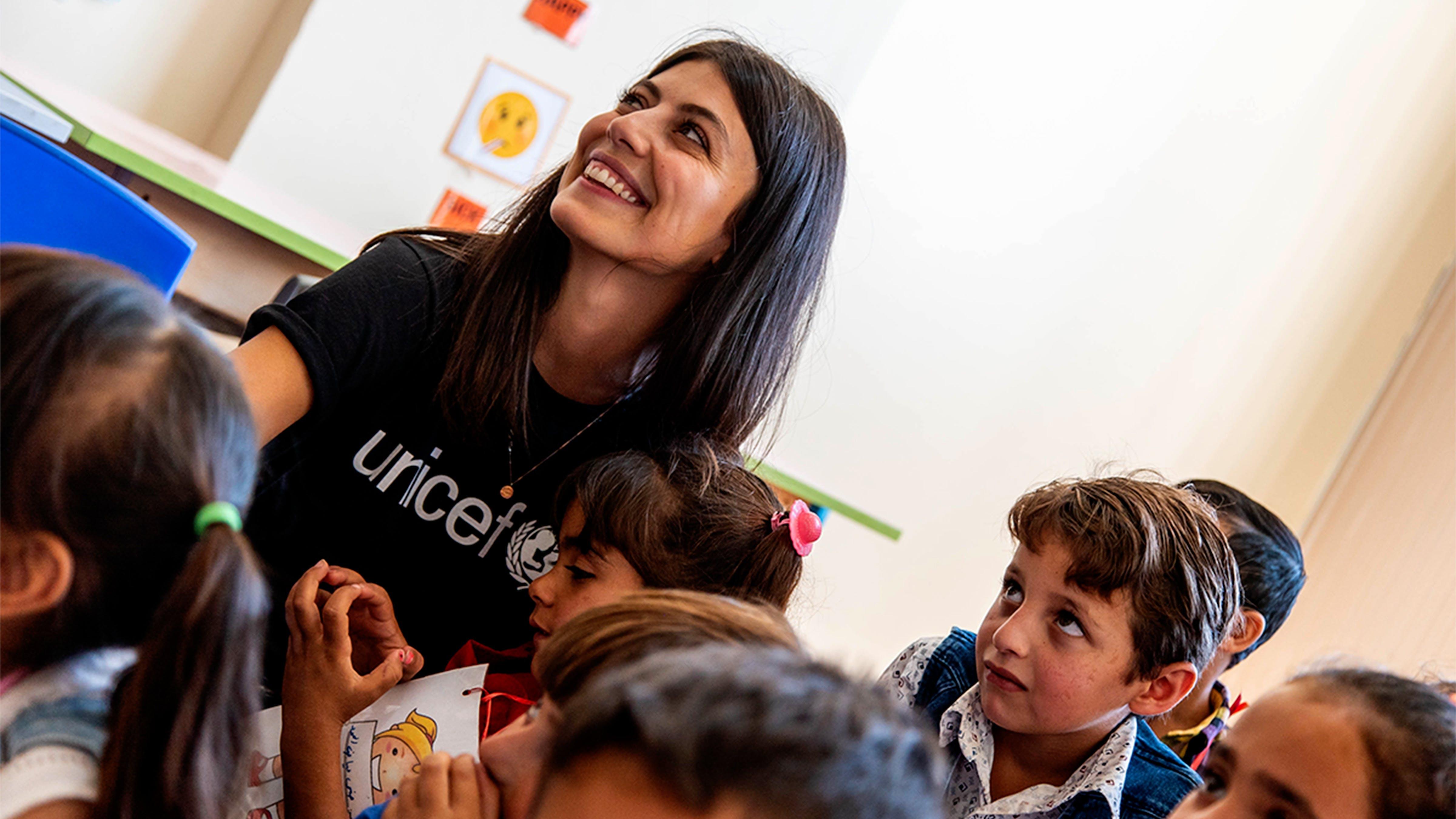Libano, Alessandra Mastronardi, ambasciatrice UNICEF, sorride assieme ai bambini