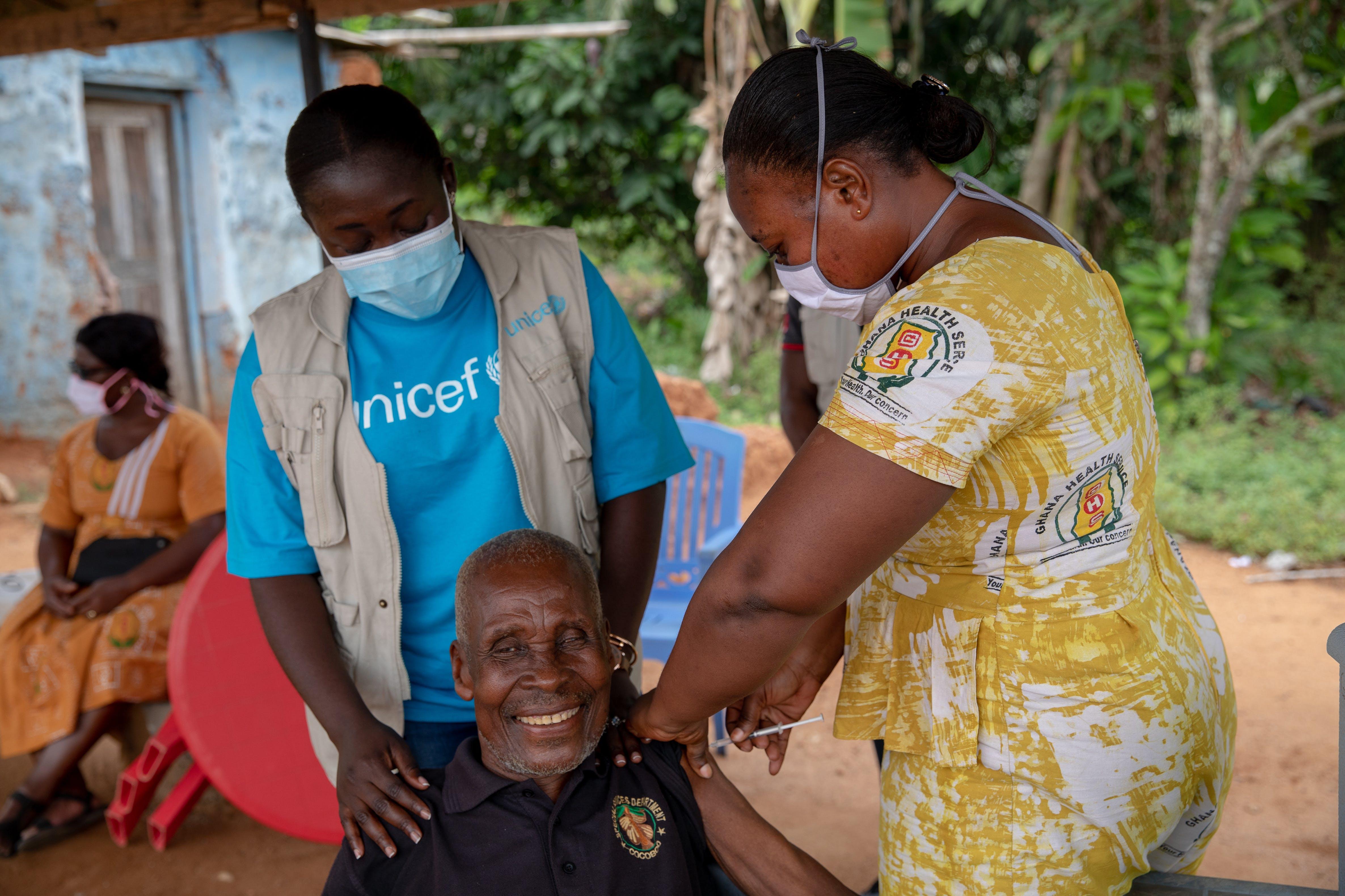 Kwame Kwei, 78 anni, contadino in pensione, riceve un vaccino contro il COVID-19. Bontrase, Ghana
