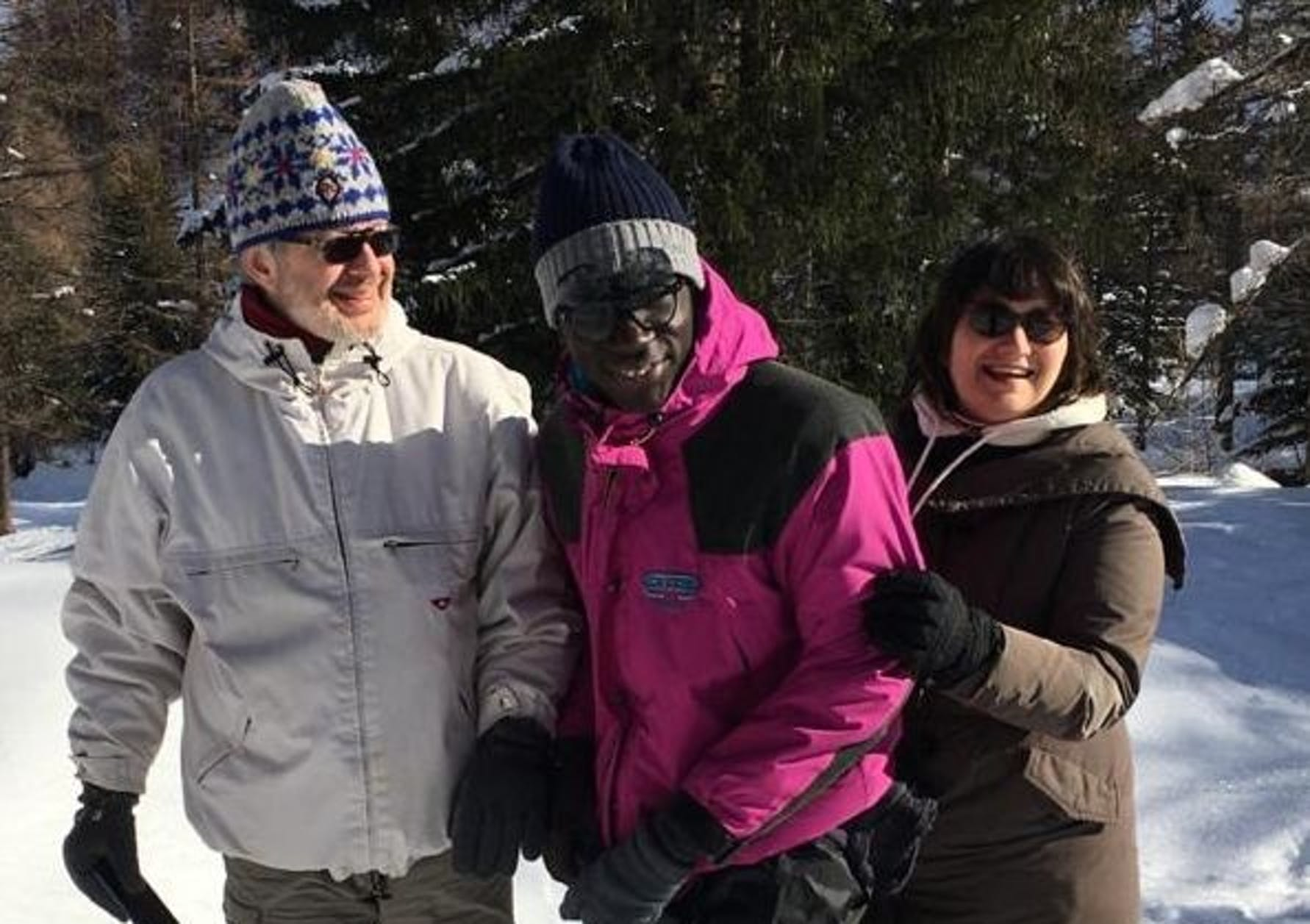 Almamy e la sua famiglia affidataria sulla neve