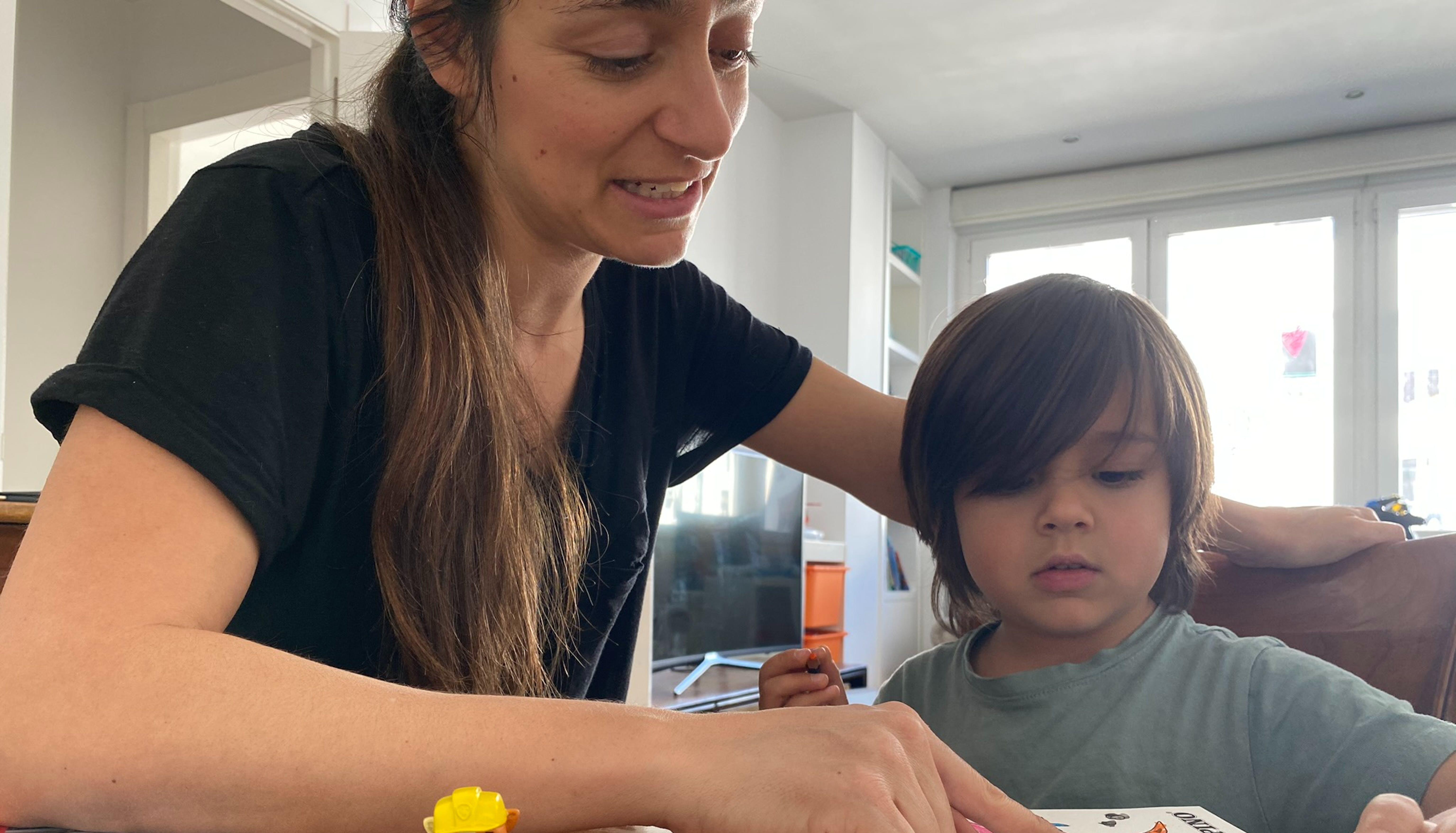 Mamma e figlio colorano insieme