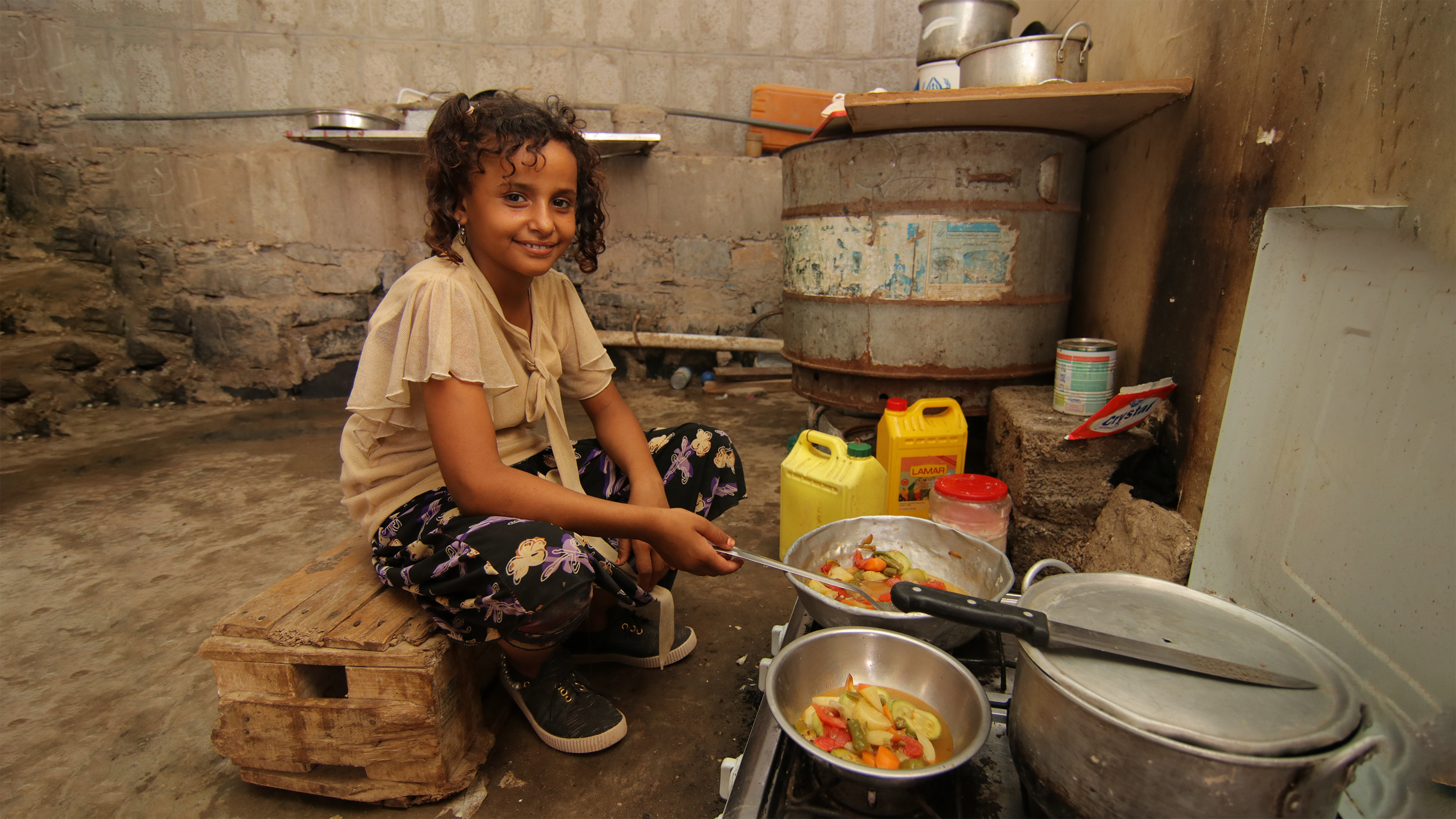 Yemen, Muna cucina nel campo sfollati di Sha'ab, Aden