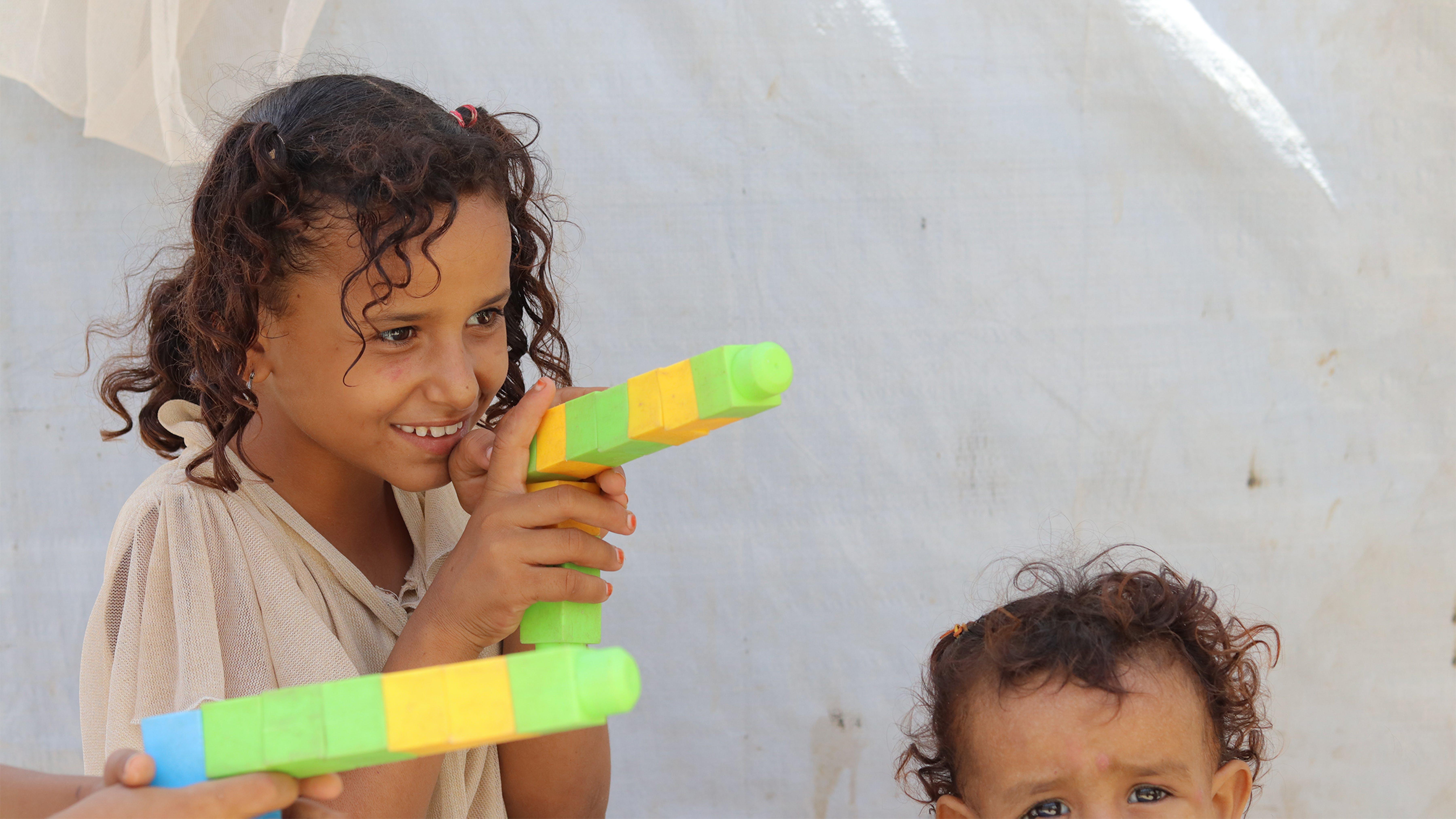Yemen: bambina gioca con i lego nel campo sfollati di Aden
