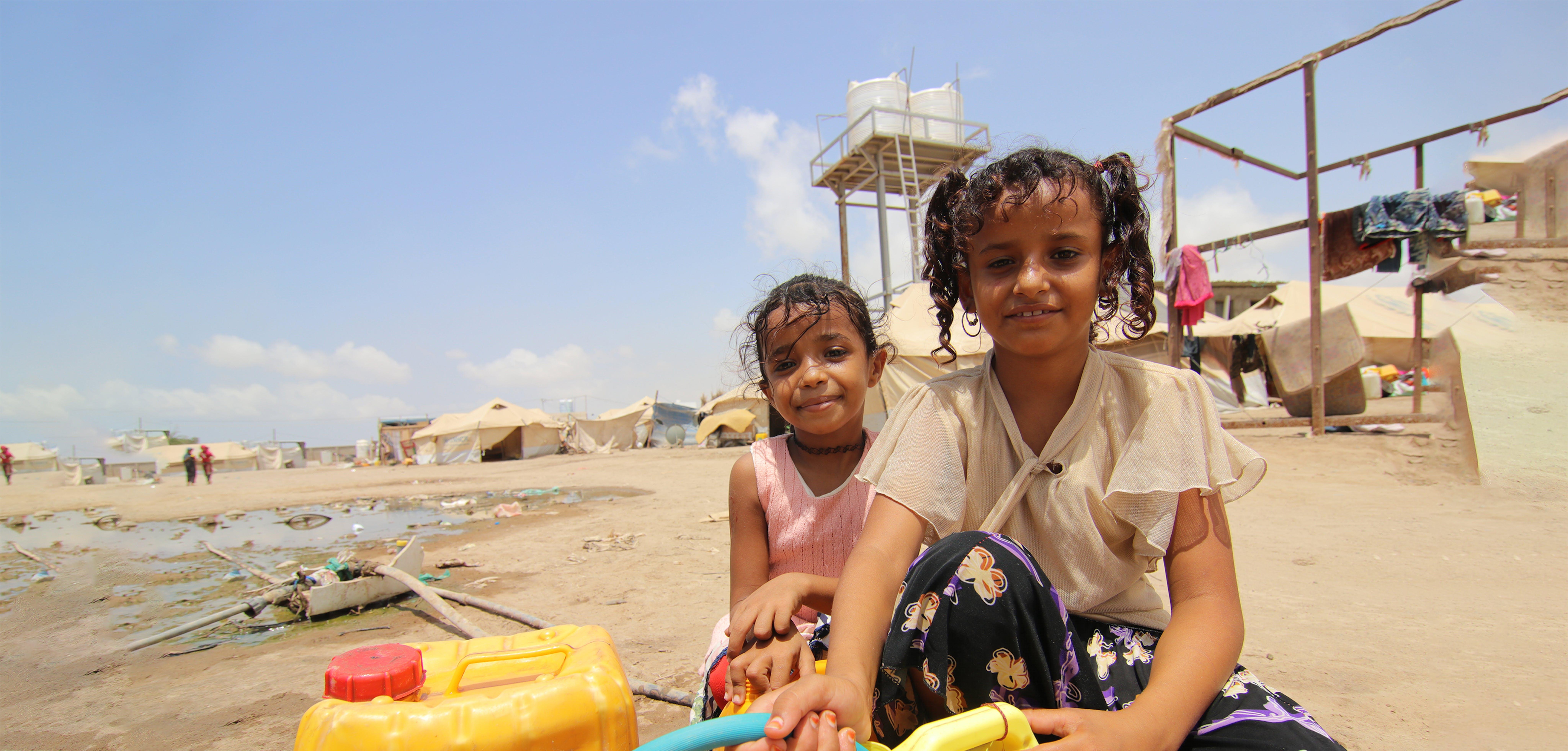 Yemen: Muna e la sua amica prendono l'acqua per tutta la famiglia