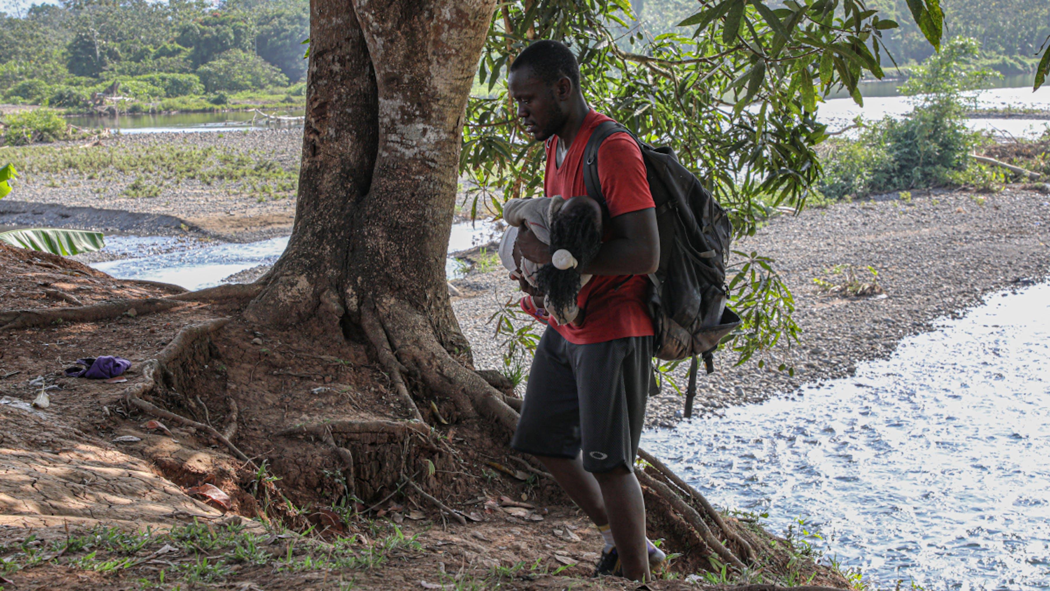 Panama, padre e figlio arrivano esausti dopo aver attraversato il Darien Gap fino a Bajo Chiquito