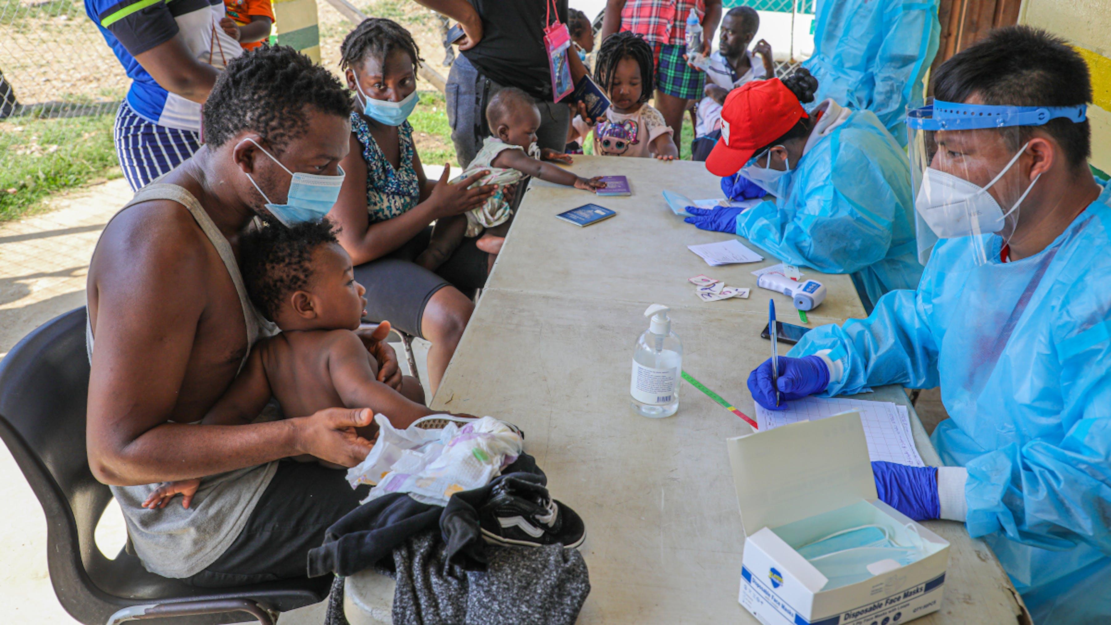 Panama, i migranti appena giunti al centro vengono visitati dagli operatori sanitari