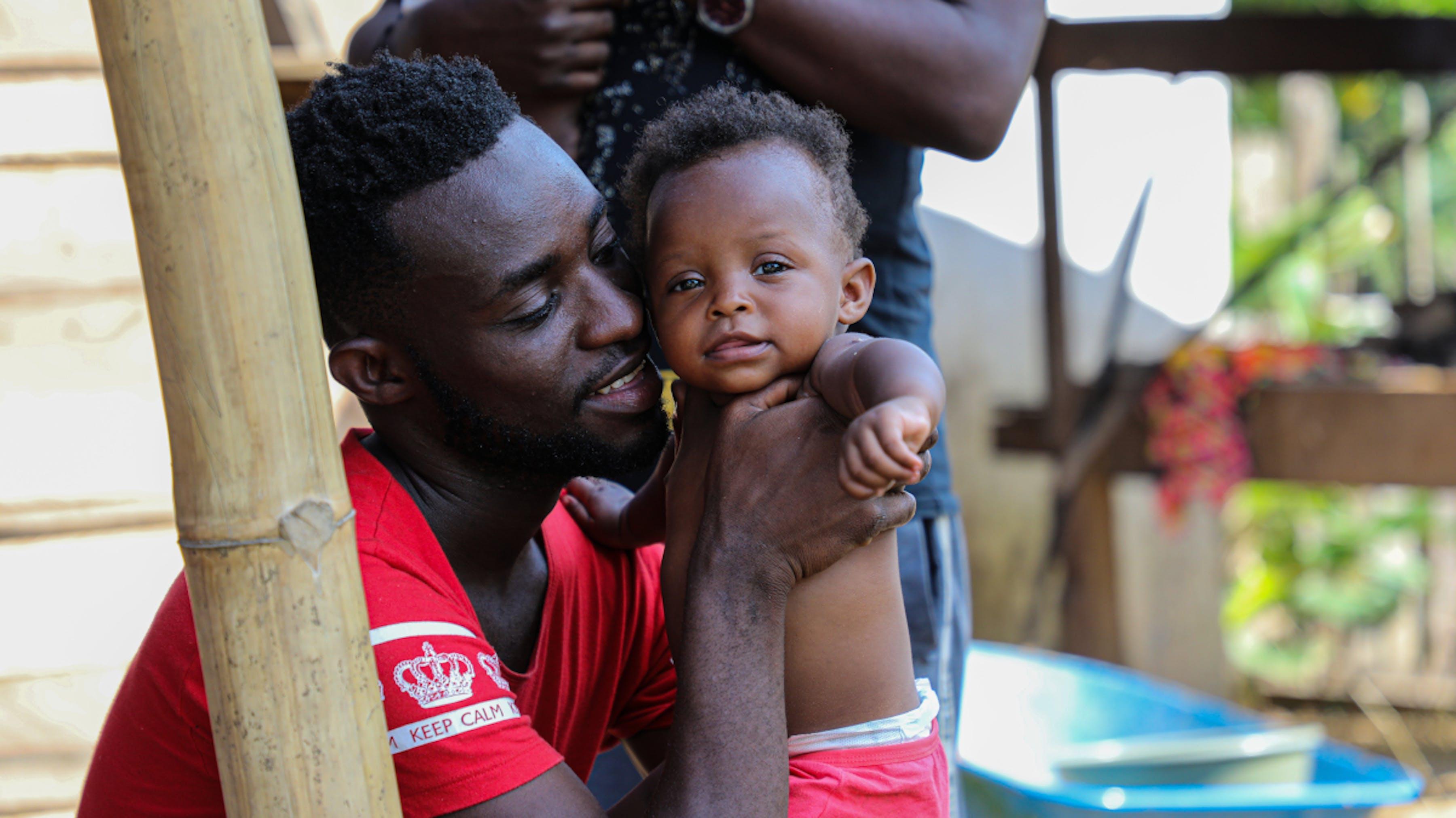 Panama, un papà con suo figlio, appena giunti nel centro di accoglienza, in attesa di essere visitati
