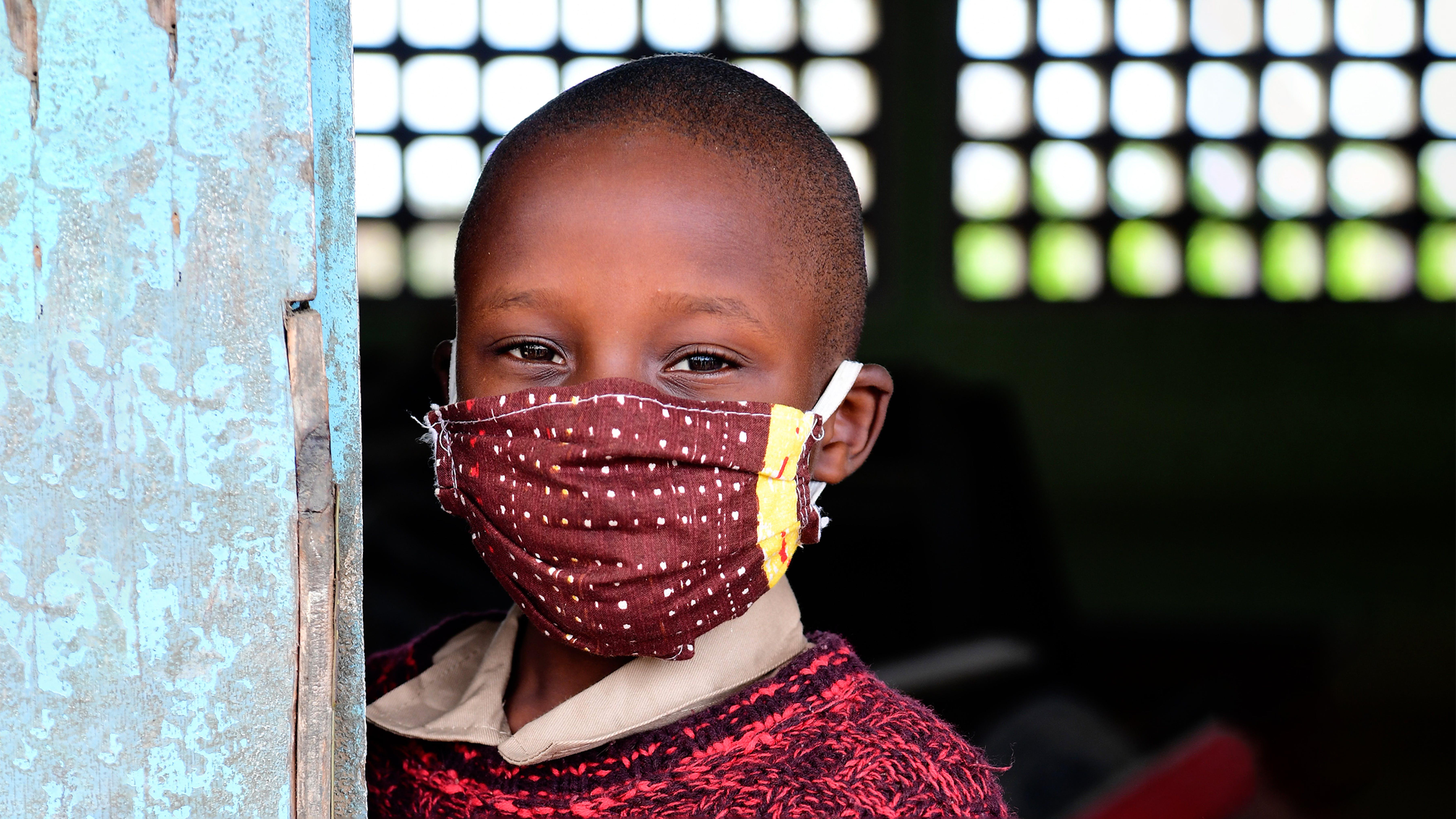 Un bambino che indossa una maschera per proteggersi dal COVID-19, a Youpougon, un sobborgo di Abidjan, nel sud della Costa d'Avorio.