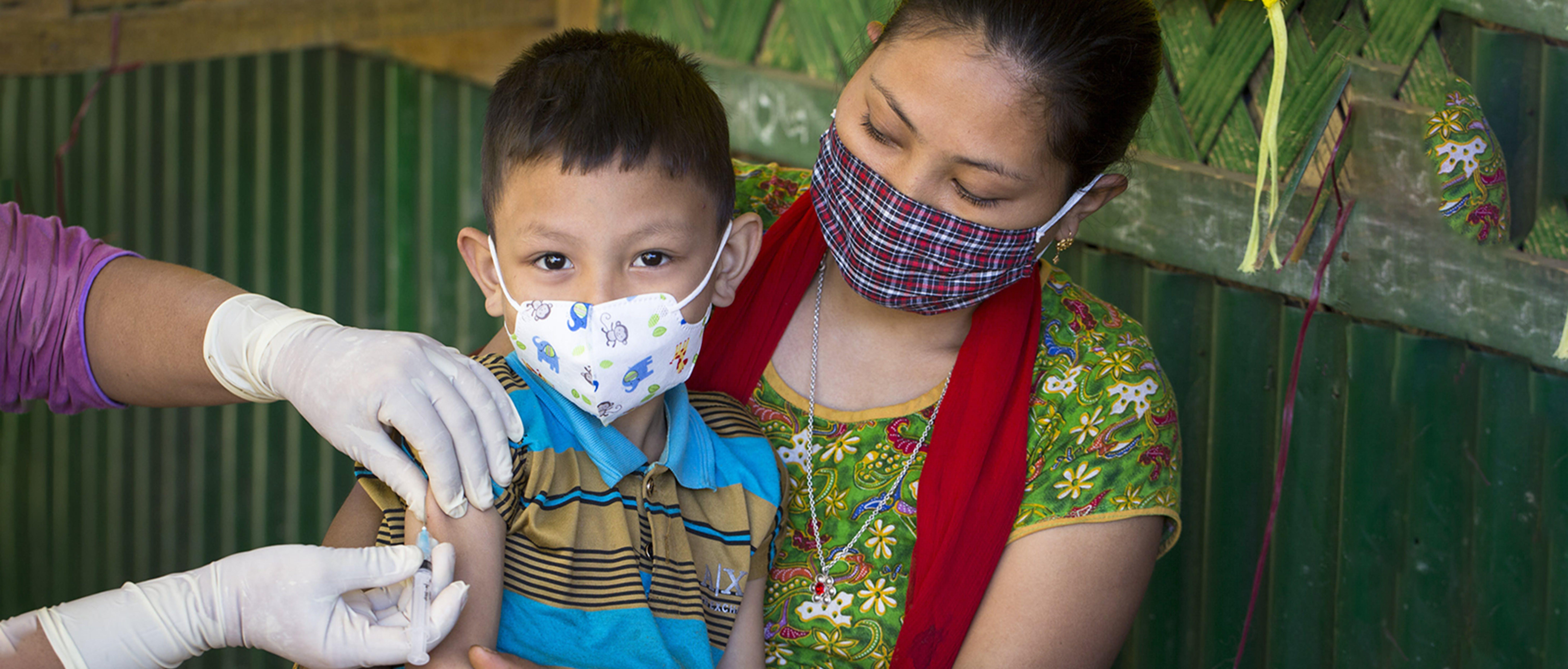 Bisakha Chakma ha portato suo figlio Tuhin Marma a vaccinarsi contro rosolia e morbillo durante la campagna lanciata dal Bangladesh nel dicembre 2020