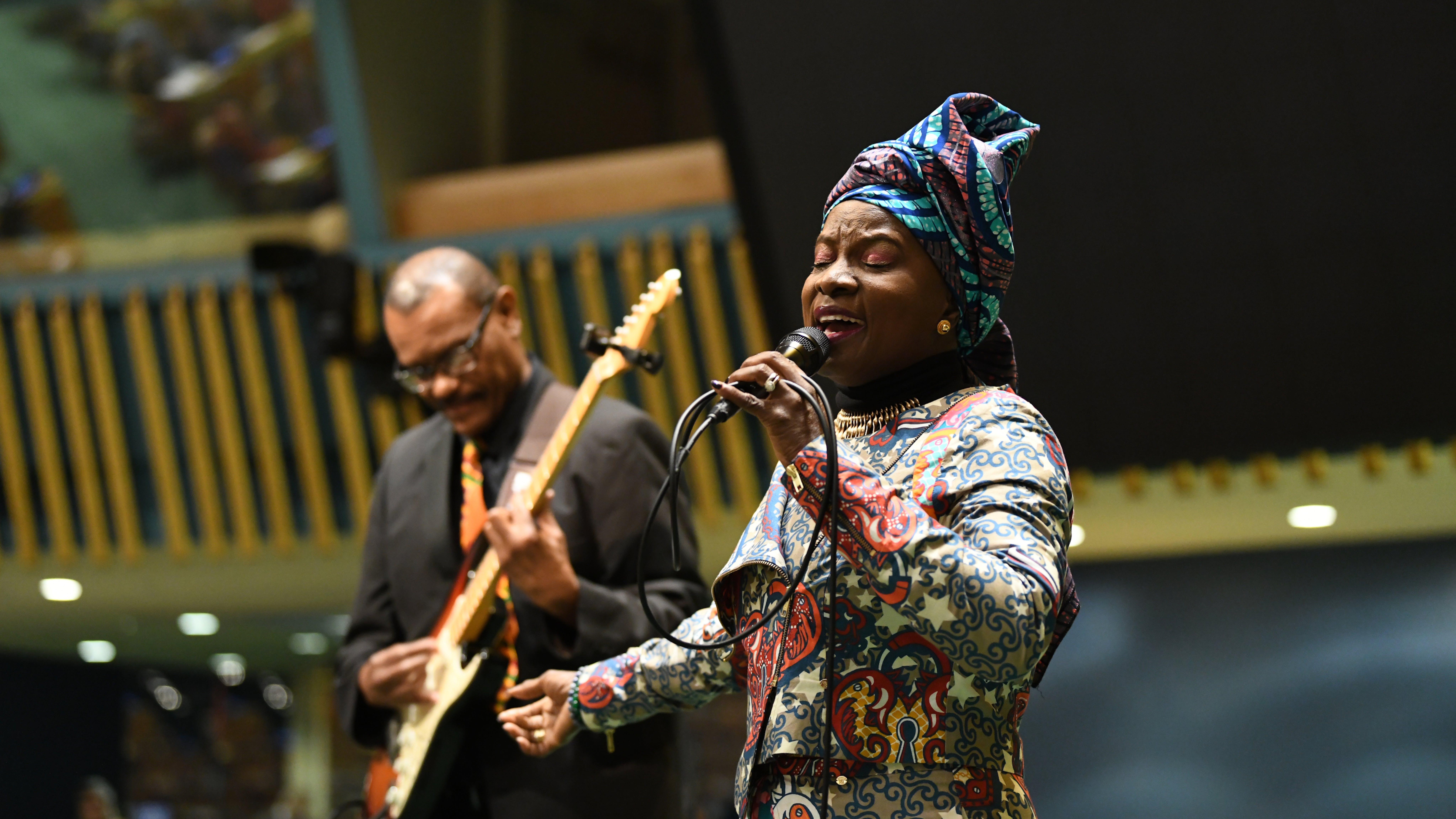 Angelique Kidjo durante un esibizione in occasione della giornata internazionale della donna a New York
