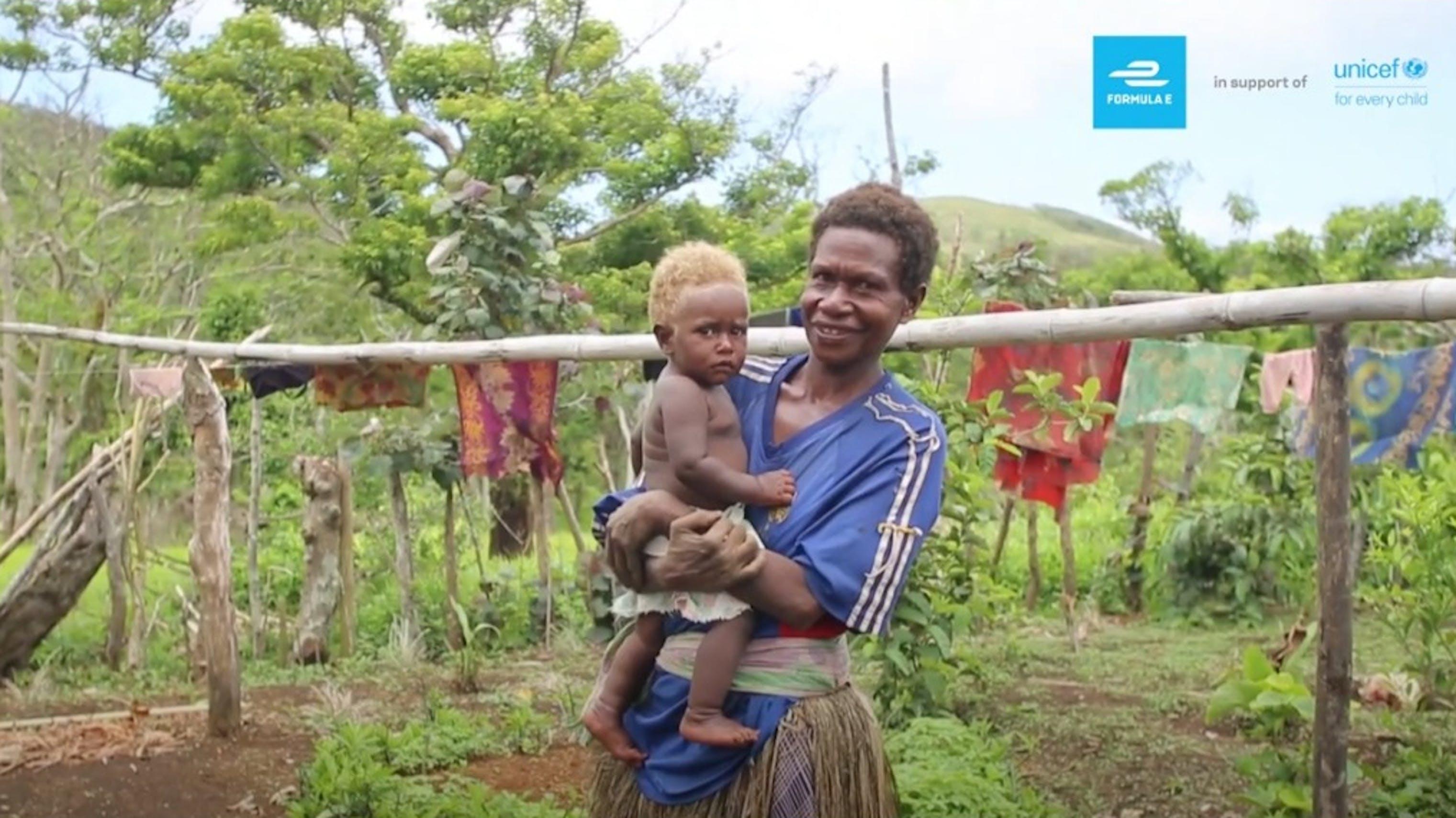 Una mamma con bambino in braccio