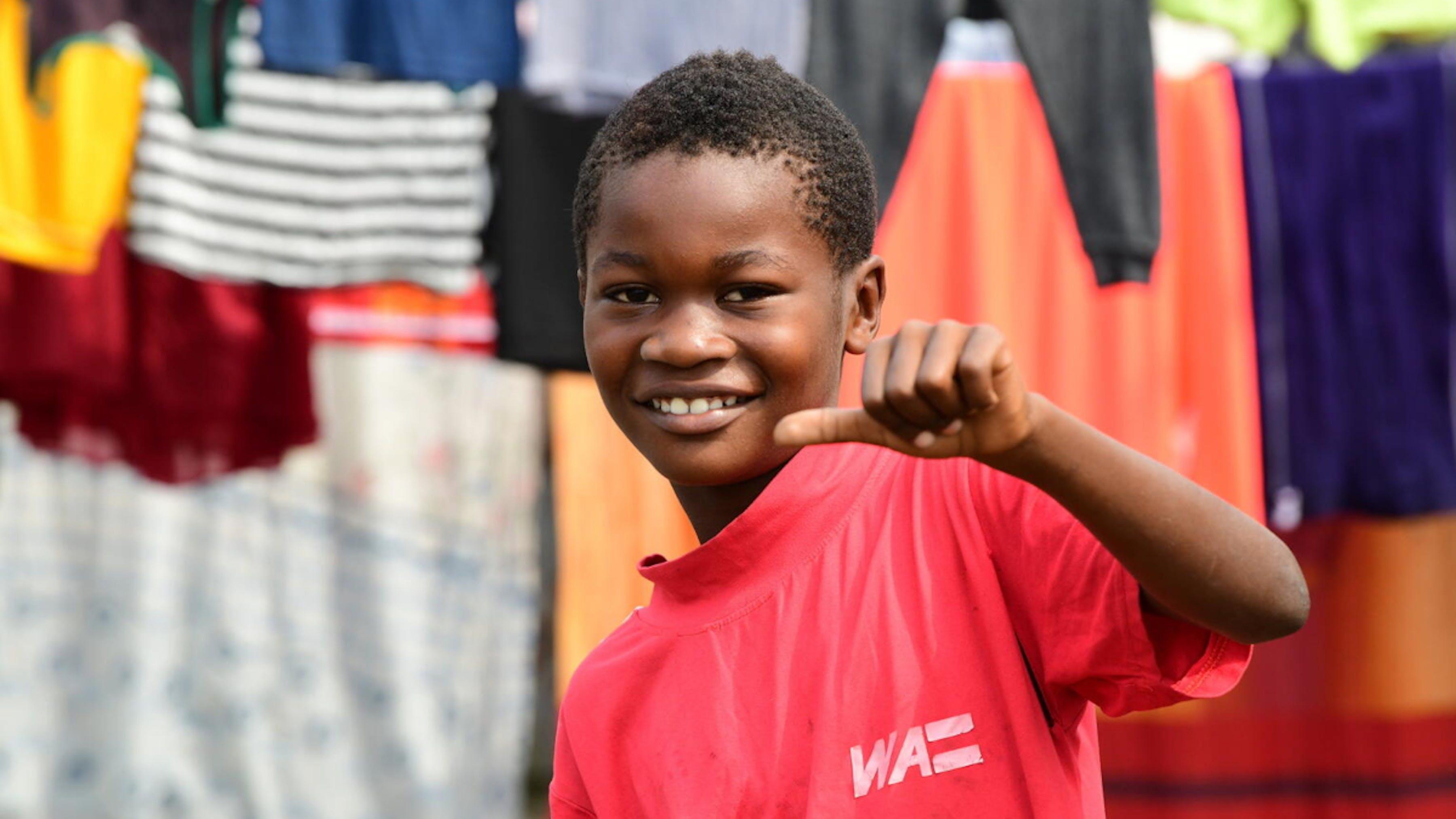 Un ragazzo sorridente per le strade di Idenau, nel sud-ovest del Camerun.