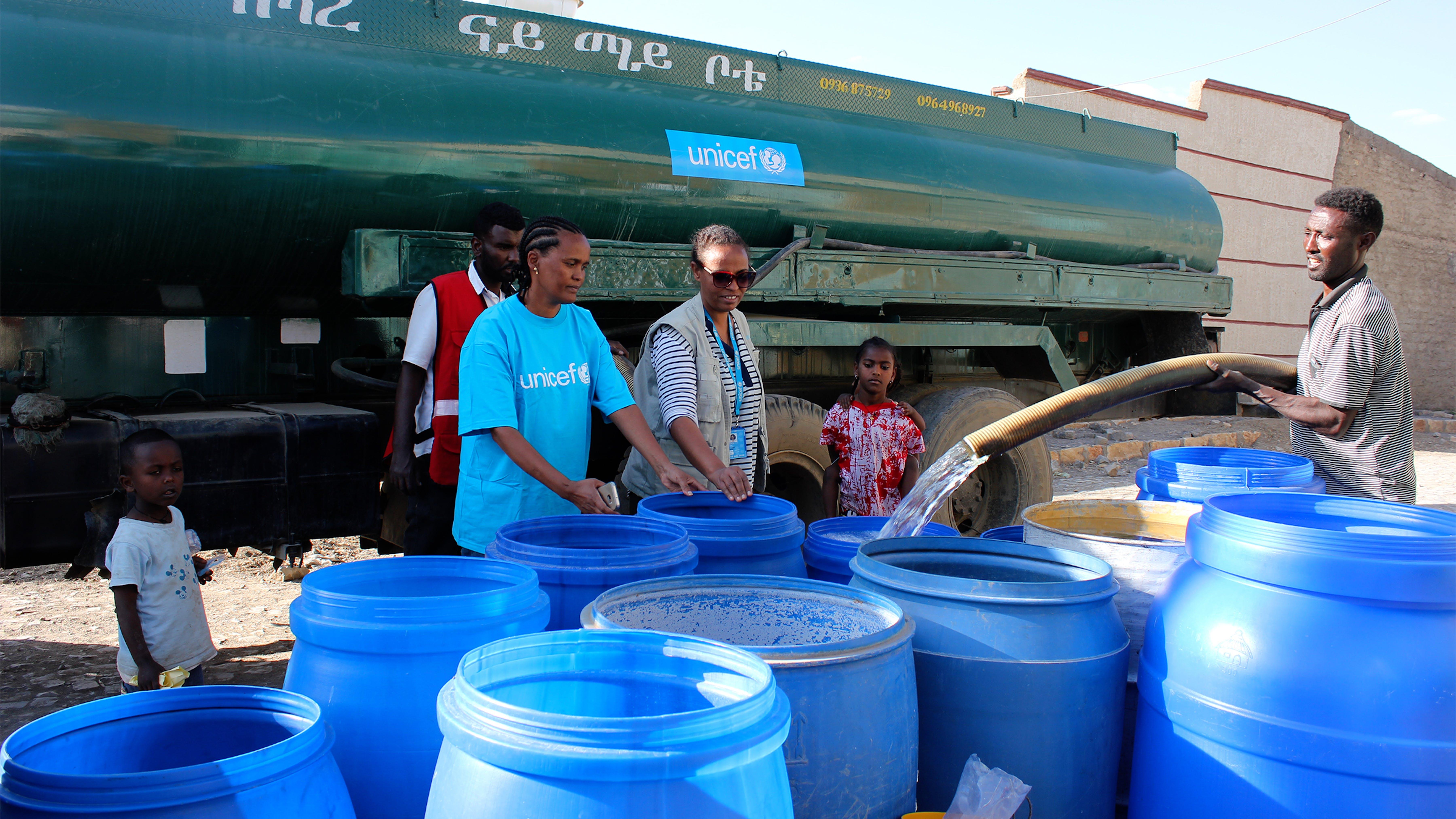 Etiopia: l'UNICEF, in collaborazione con la Ethiopian Red Cross Society, distribuisce l'acqua alla comunità di Mekelle