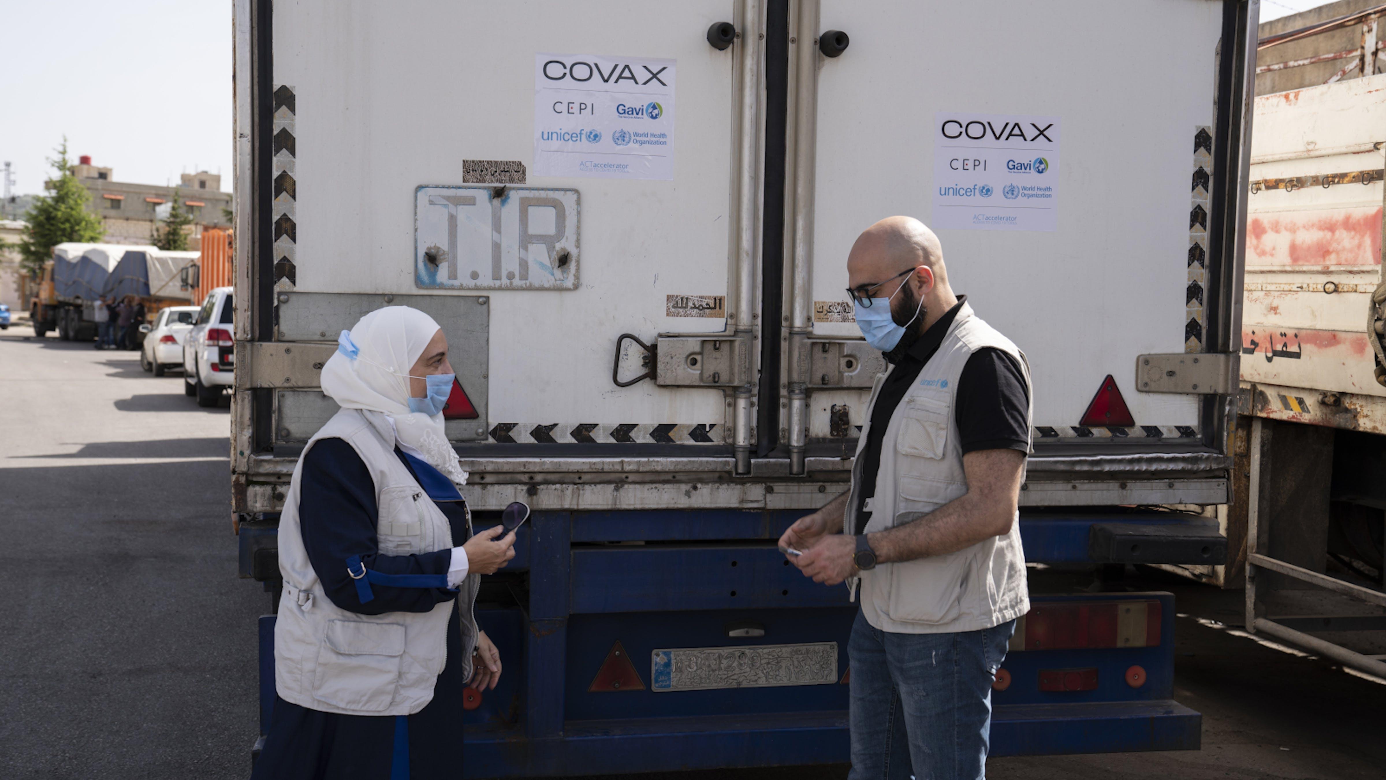 Siria, staff UNICEF all'arrivo dei camion carichi della prima spedizione di vaccini COVID-19 dalla COVAX Facility