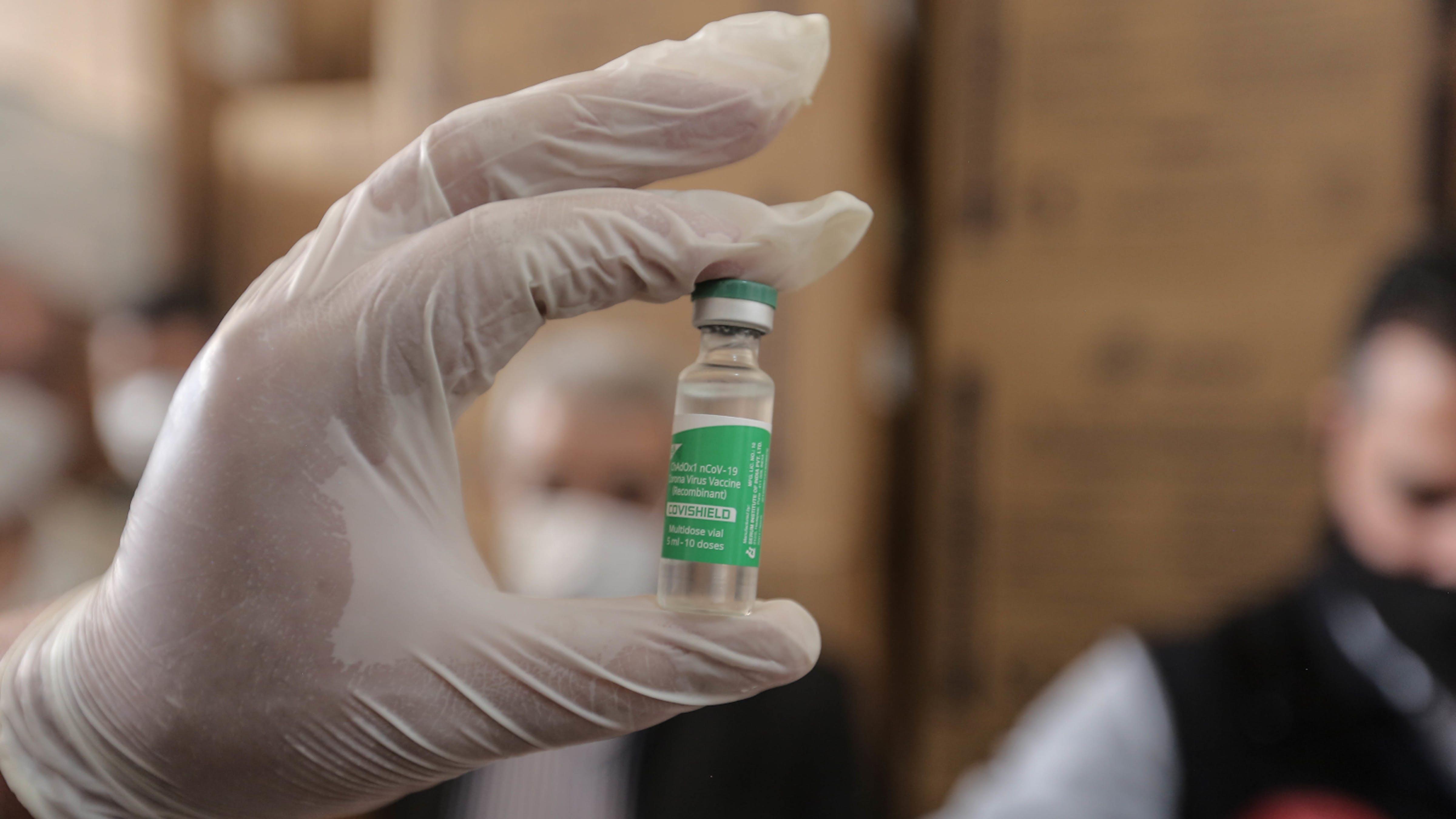 Siria, un membro dello staff mostra una fiala di vaccino anti COVID-19, parte della prima spedizione di vaccini distribuita dalla COVAX Facility