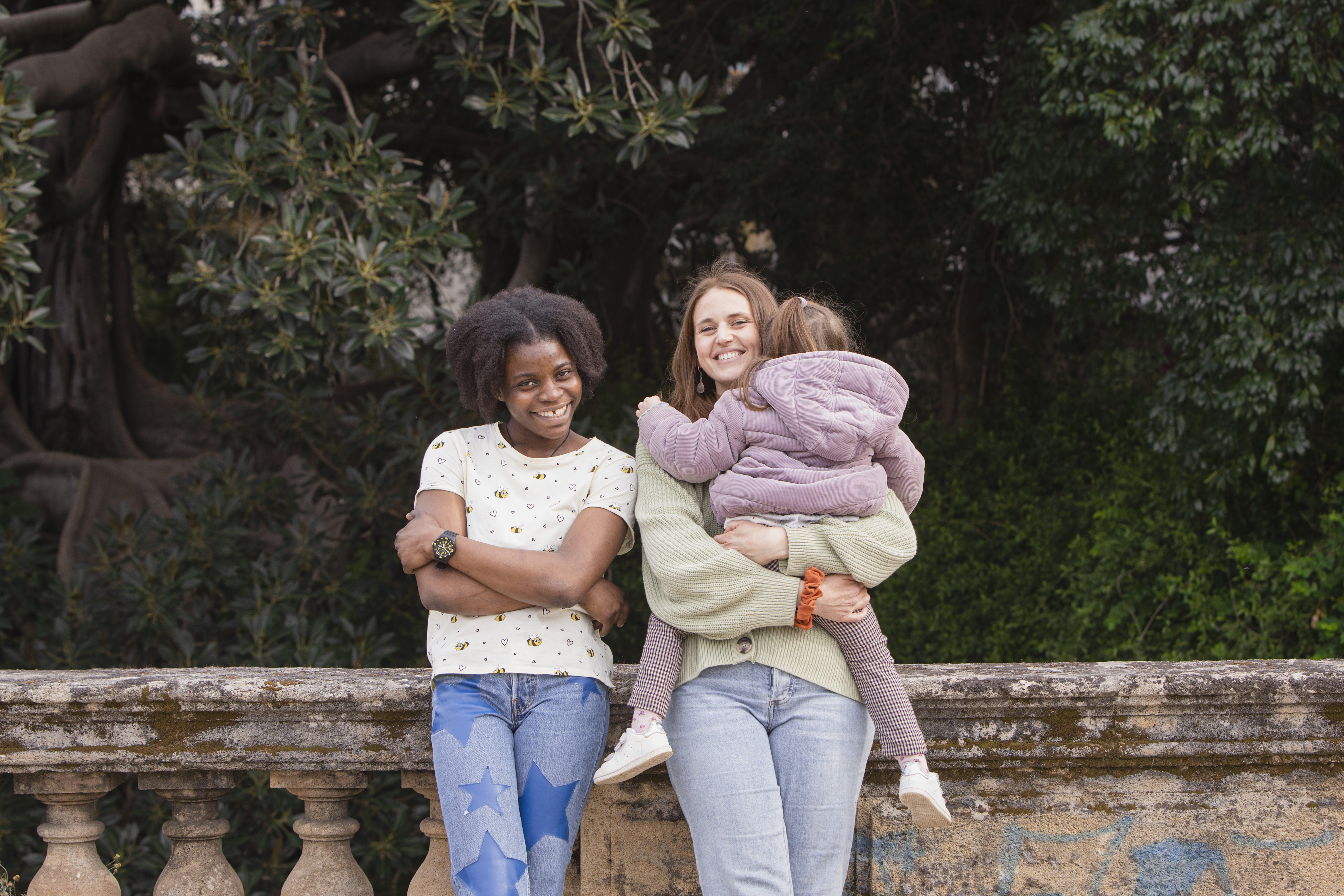 Vittoria con Valentina e sua figlia dopo una passeggiata. Il rapporto rifugiata-mentore è subito diventato amicizia