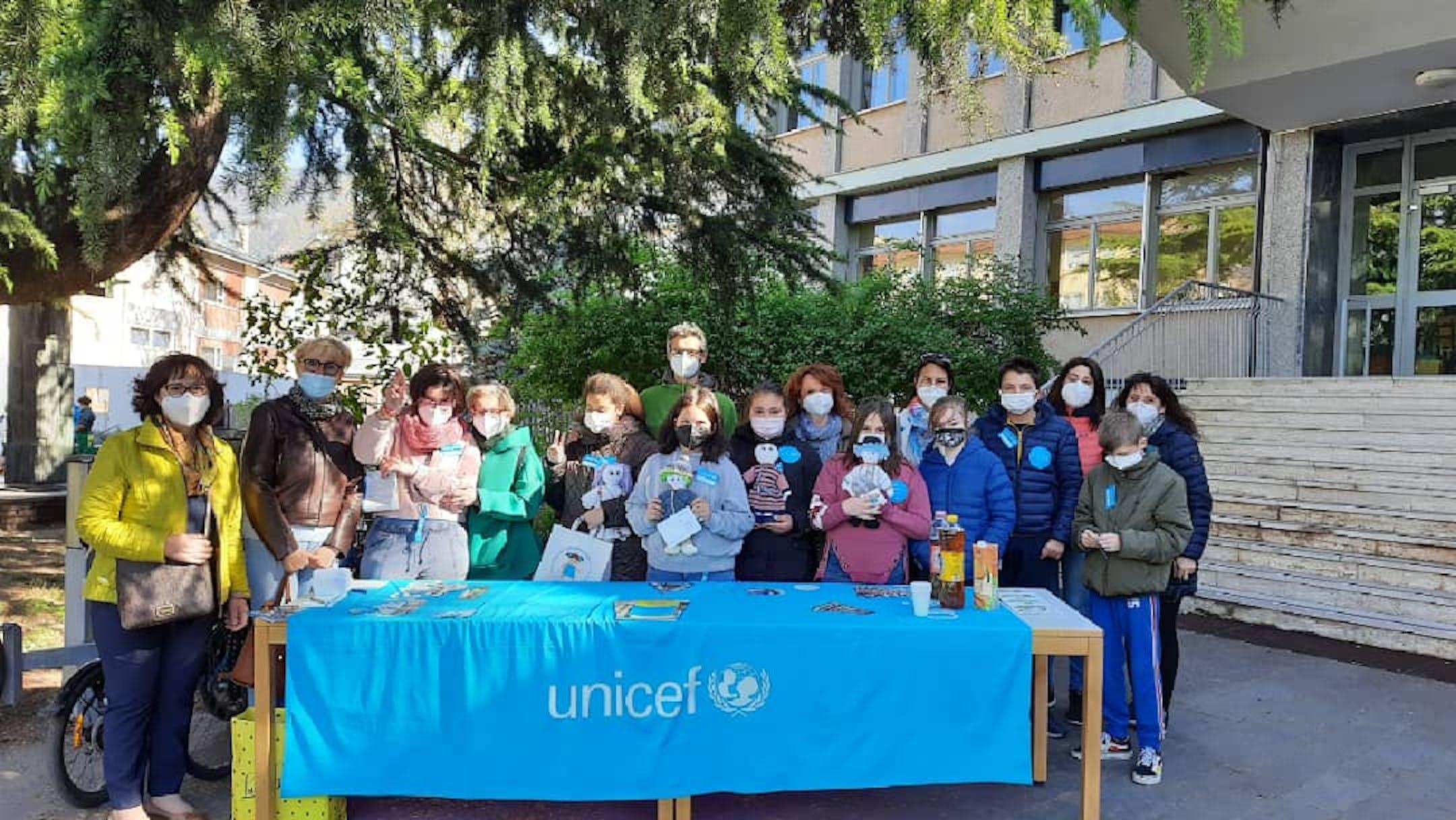 Alunni, insegnanti e volontari UNICEF con le Pigotte realizzate