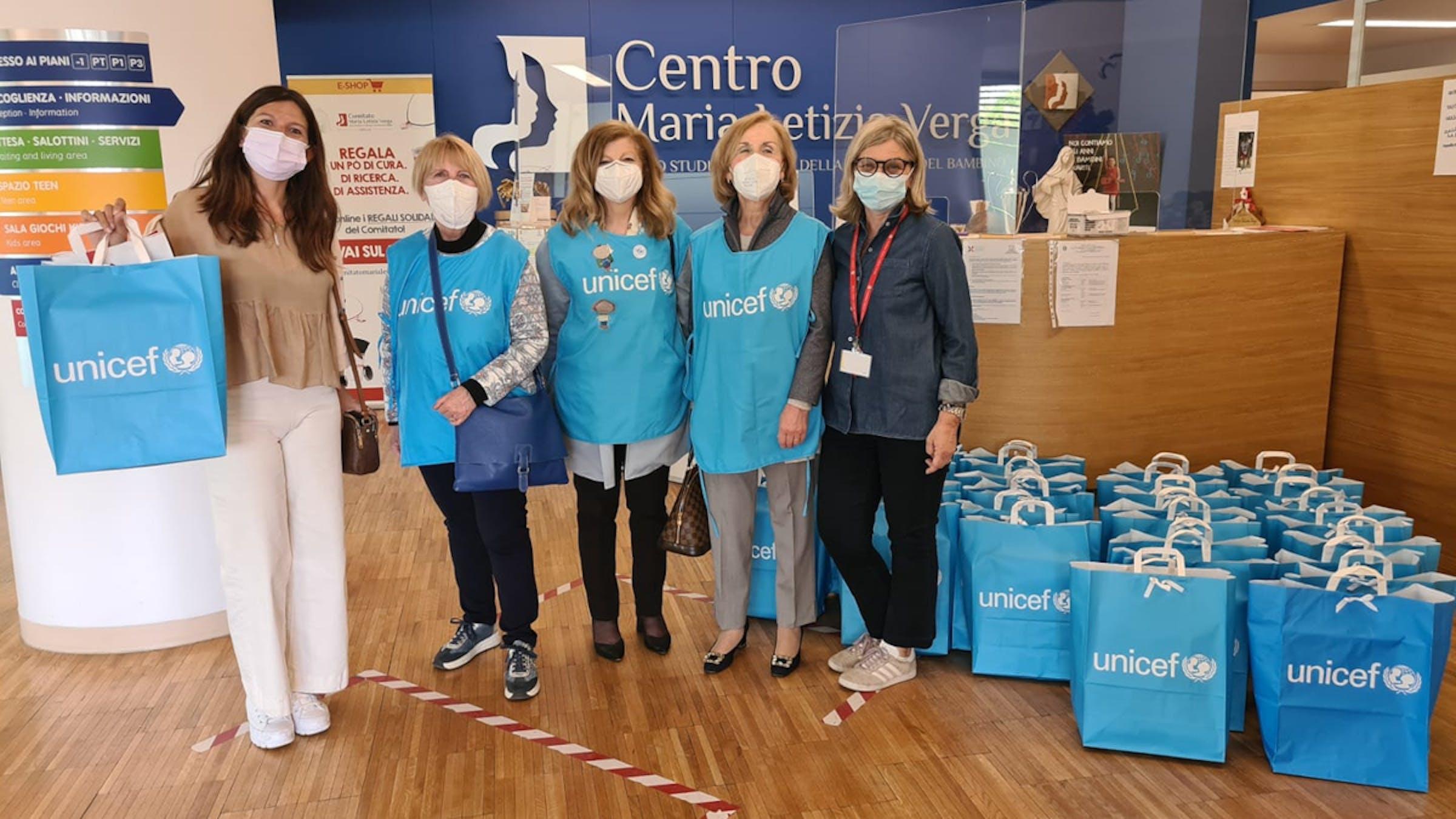 Volontarie UNICEF con il Regalo sospeso al Centro Maria Letizia Verga