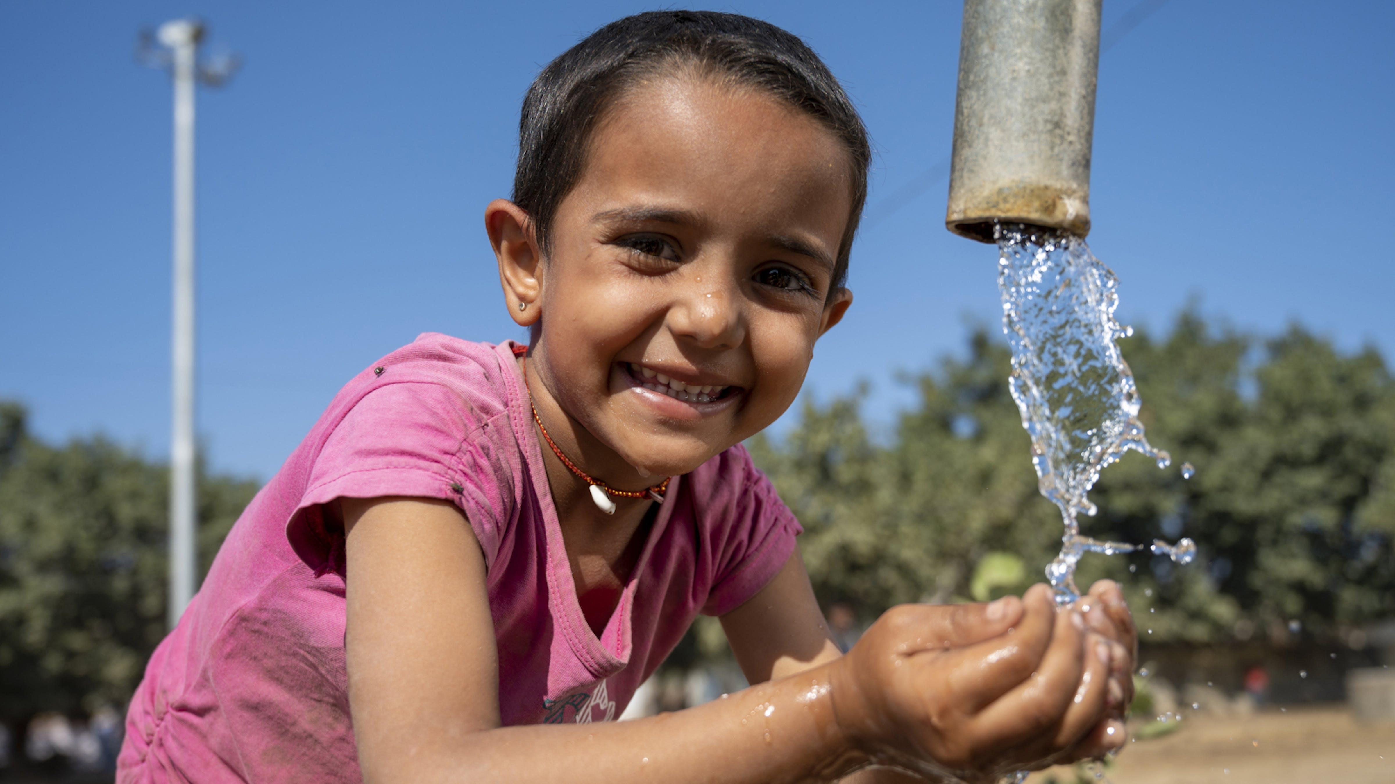 Un bambina si lava le mani