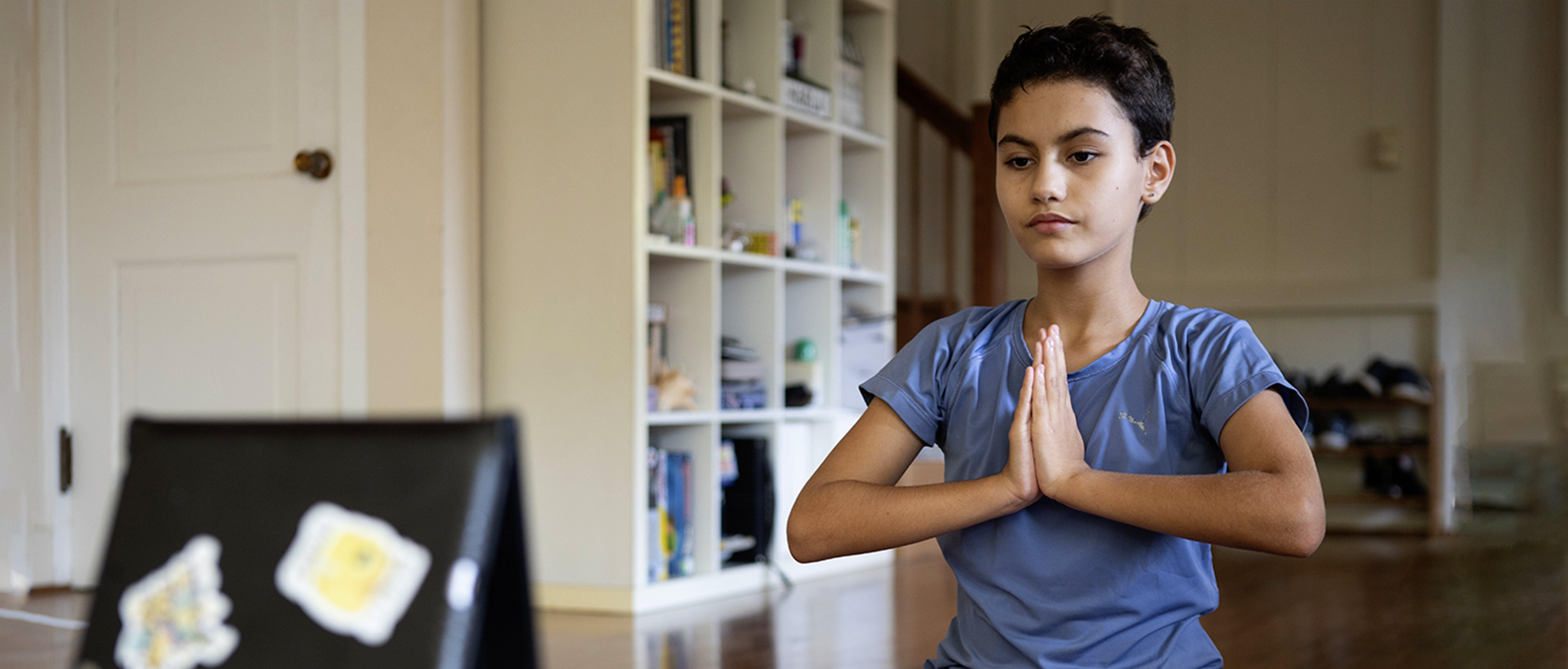 Mila, 11 anni, sta seguendo una lezione di yoga durante il lockdown in Gamboa, Panama.