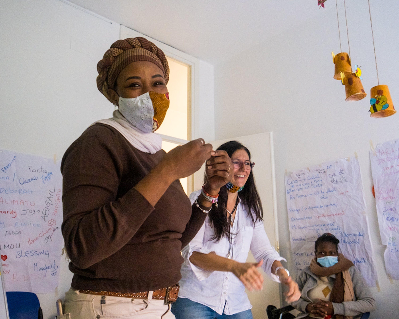 @UNICEF/Festa/2021 - La mediatrice culturale Deborah e l'etnopsicologa Maria Chiara Monti durante un incontro nel Women and Girls Safe Space di Palermo