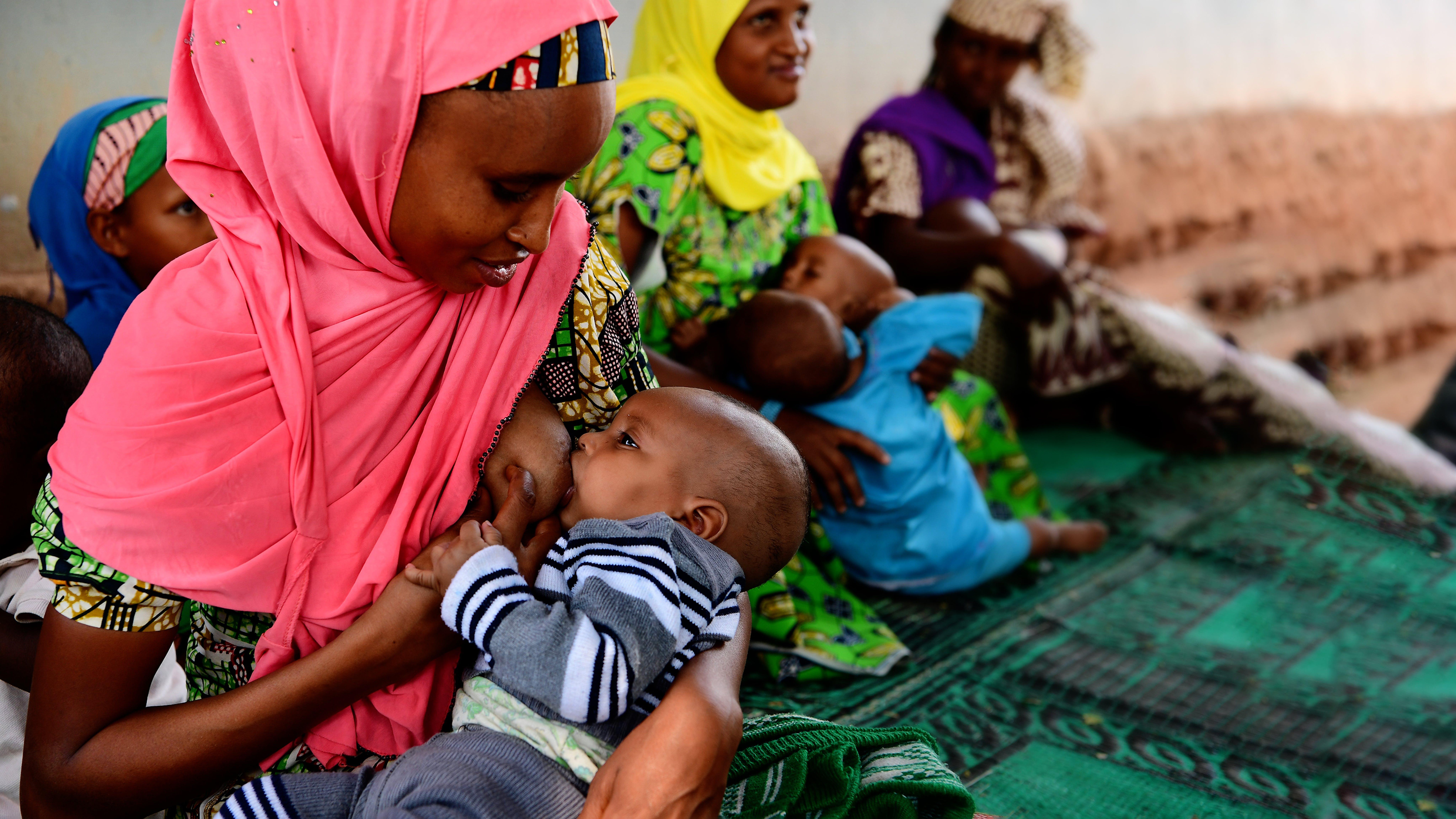 Mafousatou, 25 anni, allatta il suo bambino di 4 mesi, Hadisa, a Beroua, nell'est del Camerun.