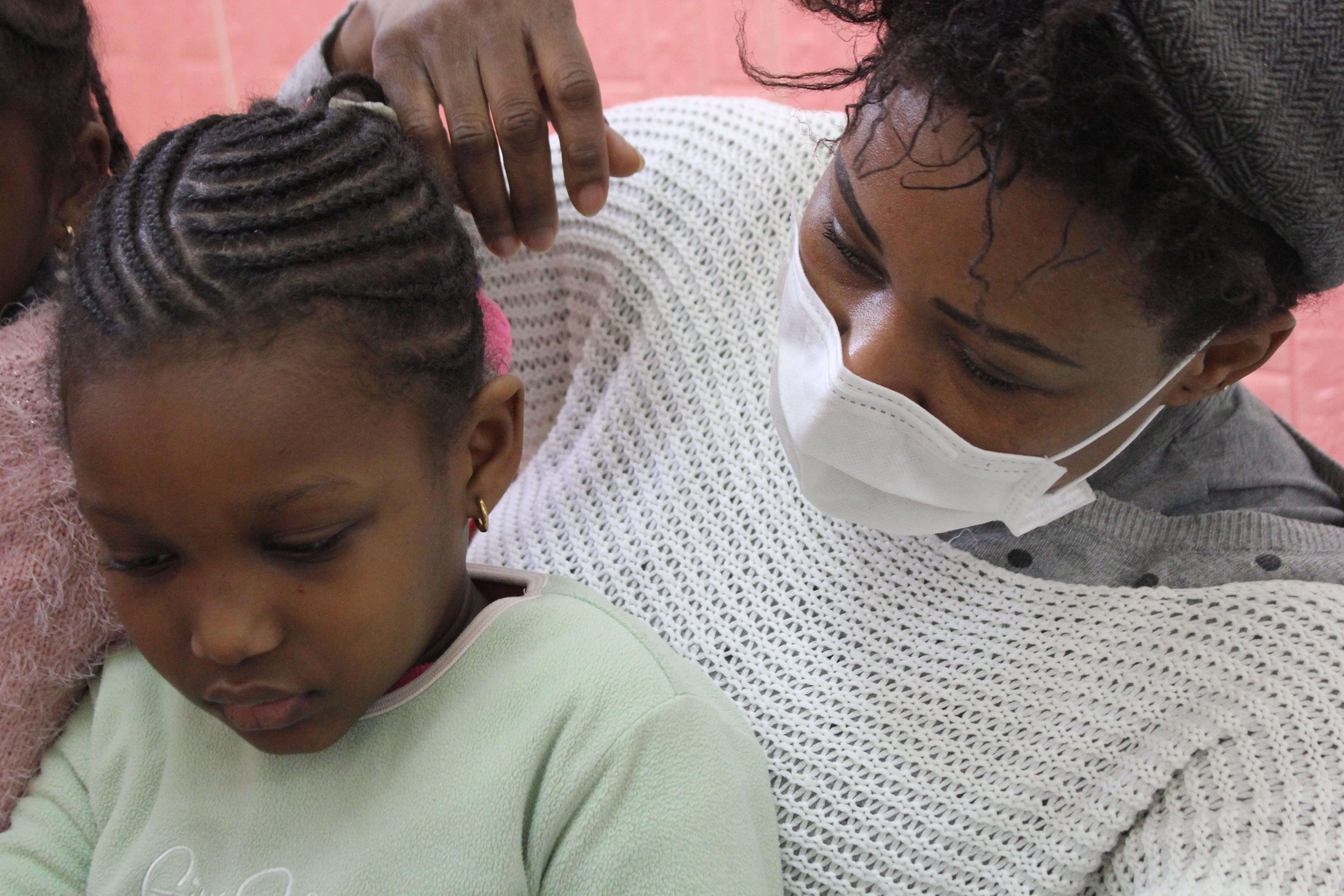 Deborah gioca con una bambina nel centro Women and Girls Safe Space di Palermo
