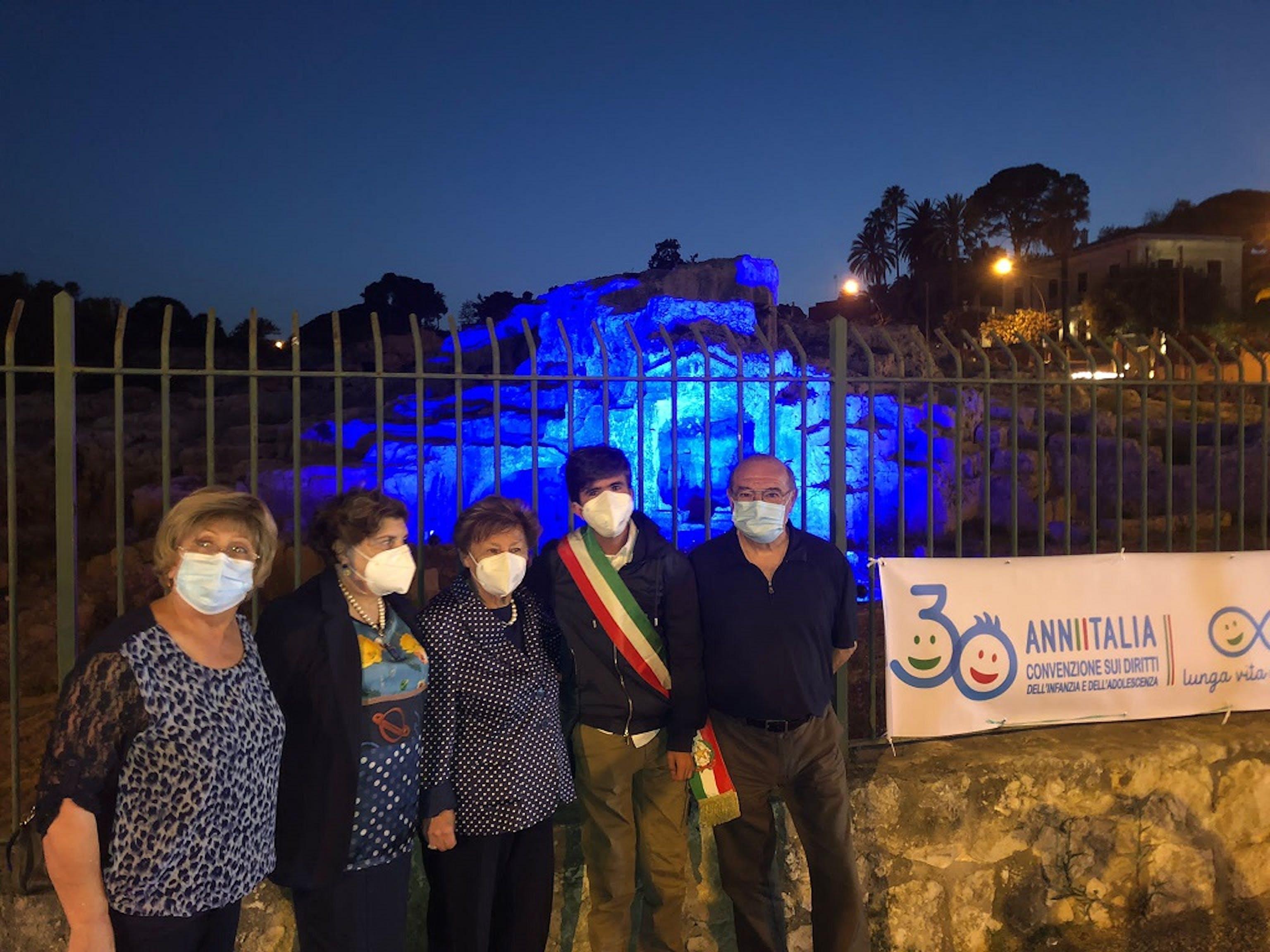 La Presidente dell'UNICEF Carmela Pace presso la Tomba di Archimede illuminata di azzurro