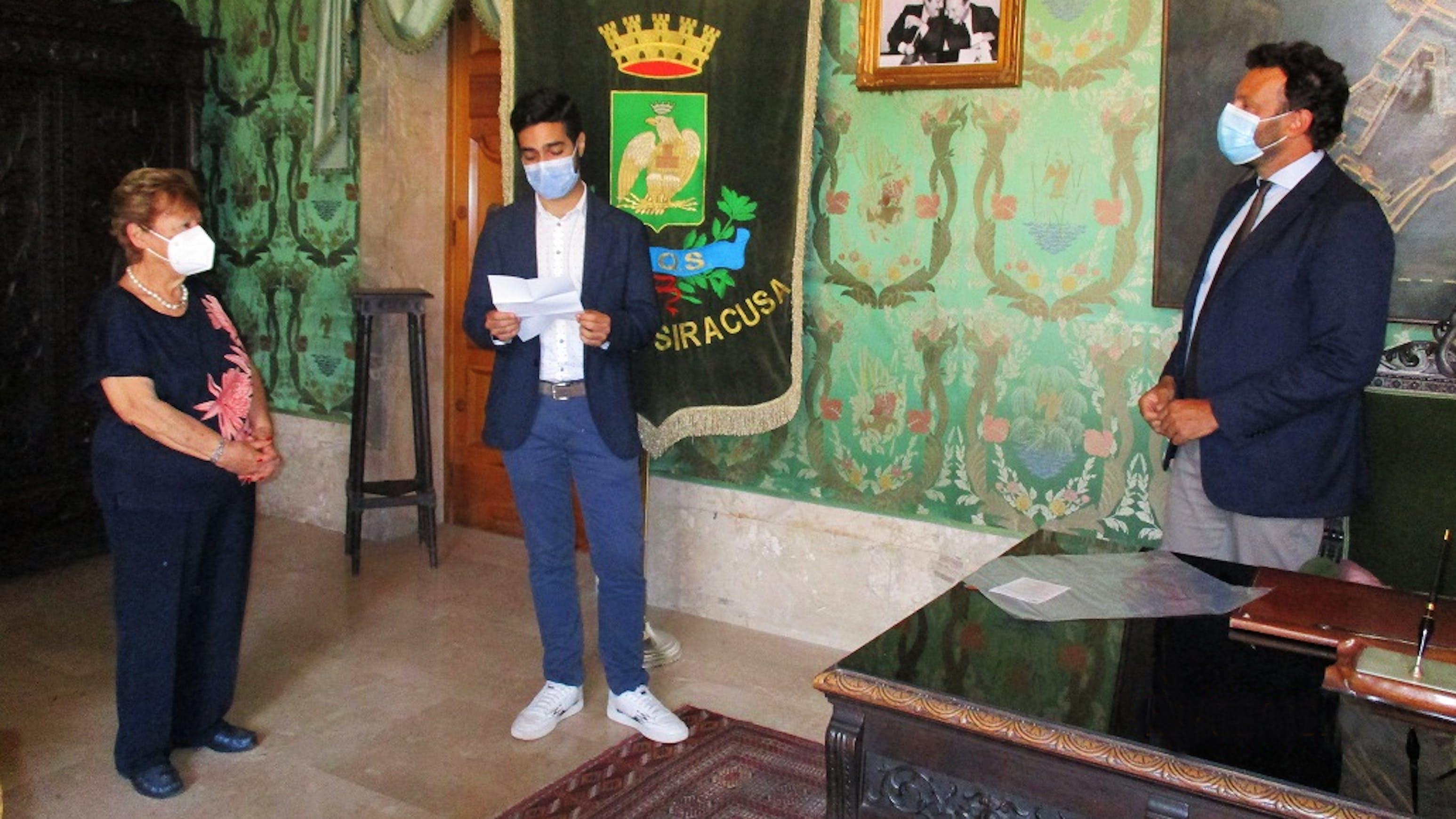 Il presidente della consulta  Ejaad Issa legge una dichiarazione alla presenza del sindaco Italia e della presidente UNICEF Italia Carmela Pace