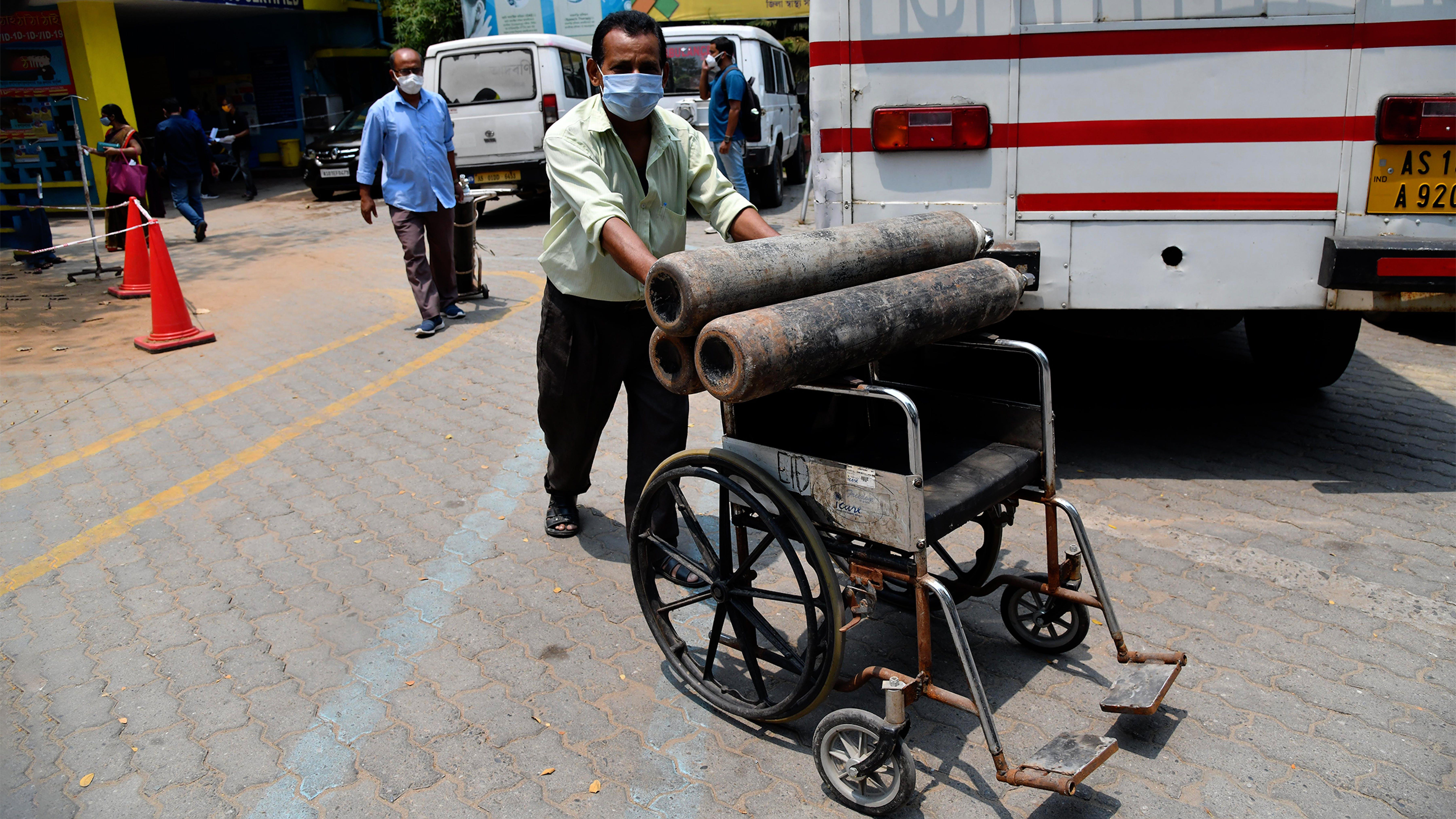 India, trasporto in condizioni non sicure di bombole di ossigeno nell'Assam