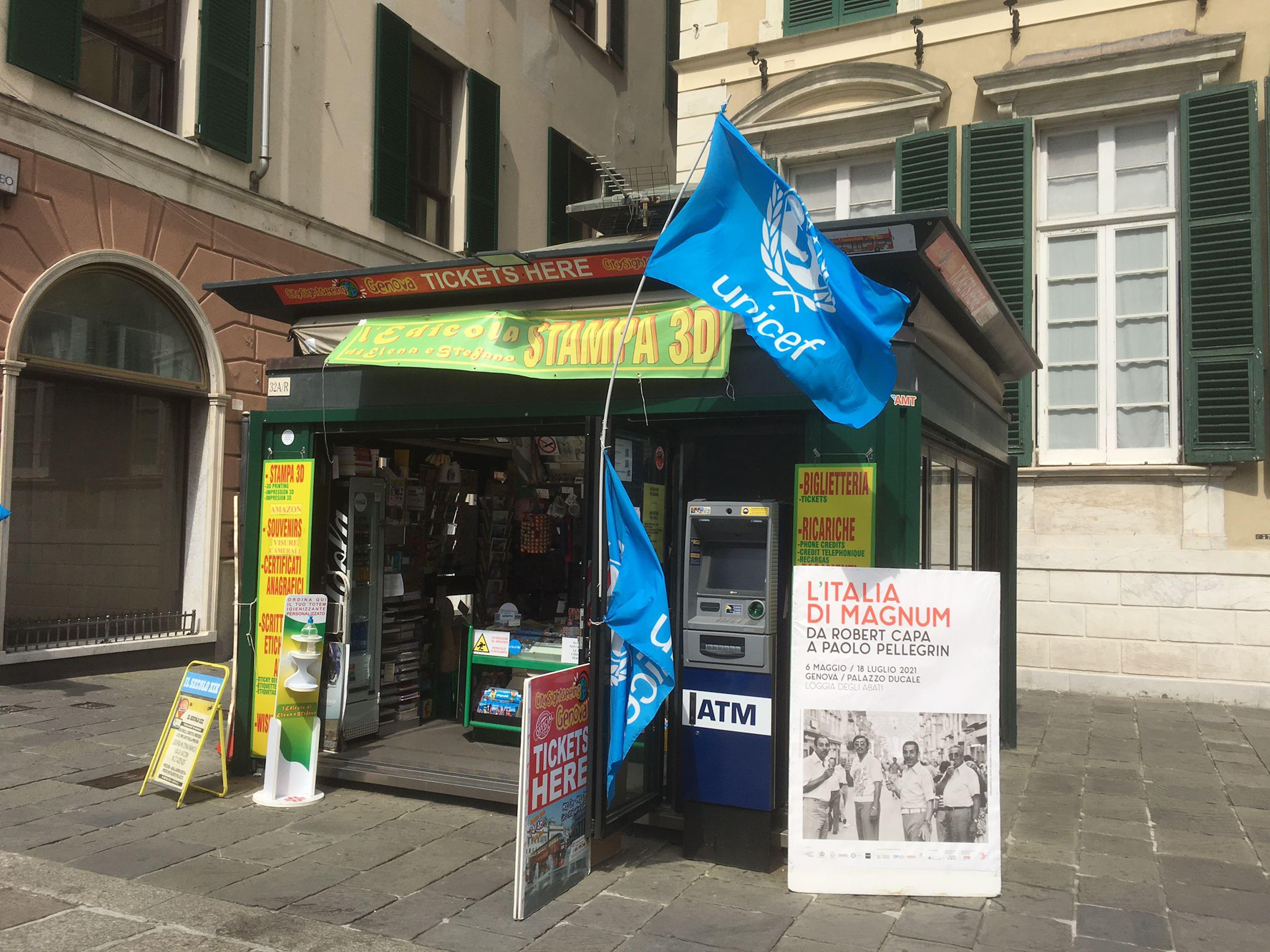 Genova, bandiera dell'UNICEF sull'edicola