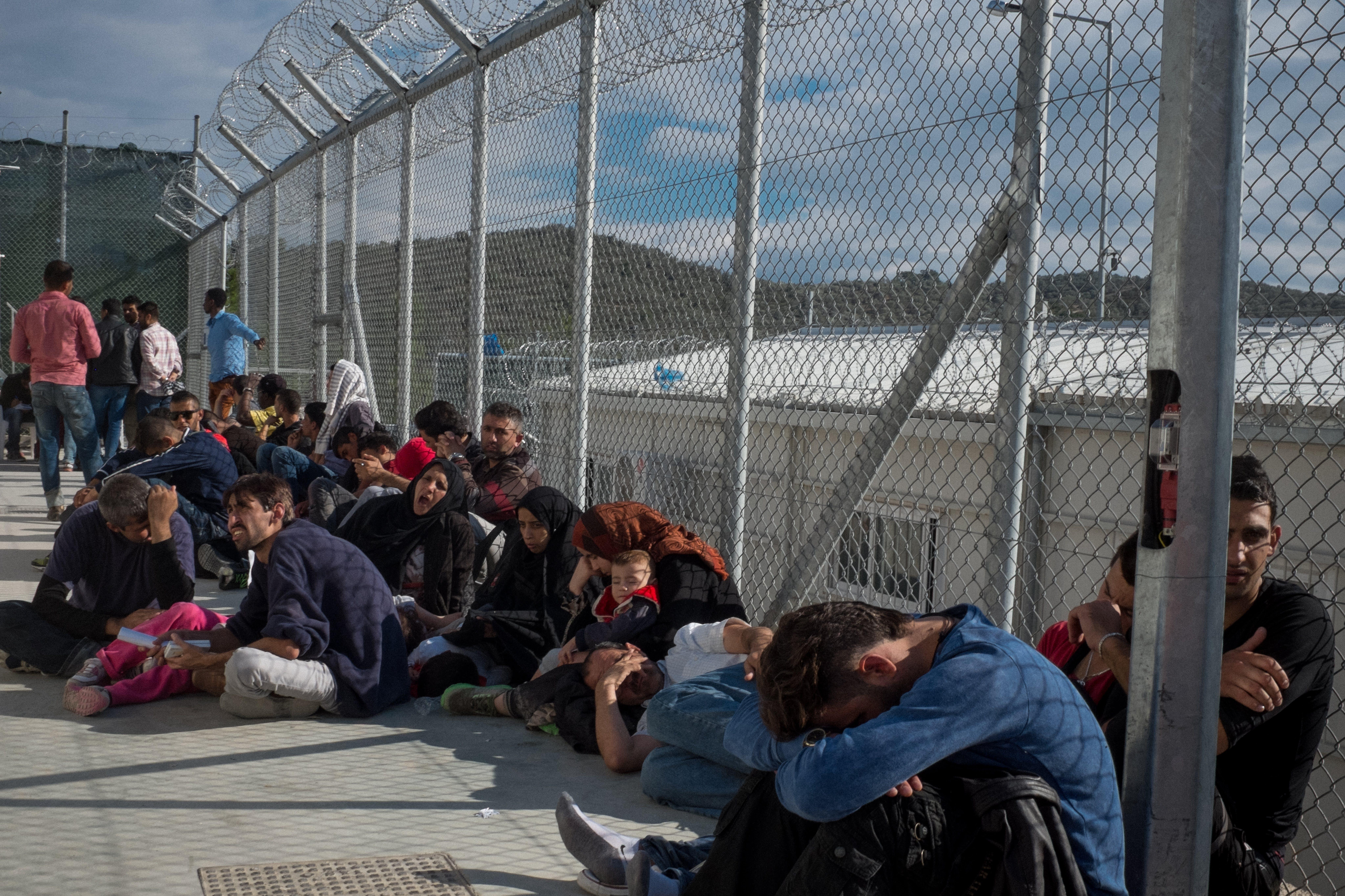 Grecia, isola di Lesbo: bambini e adulti in attesa presso il centro di accoglienza di Moria per rifugiati e migranti