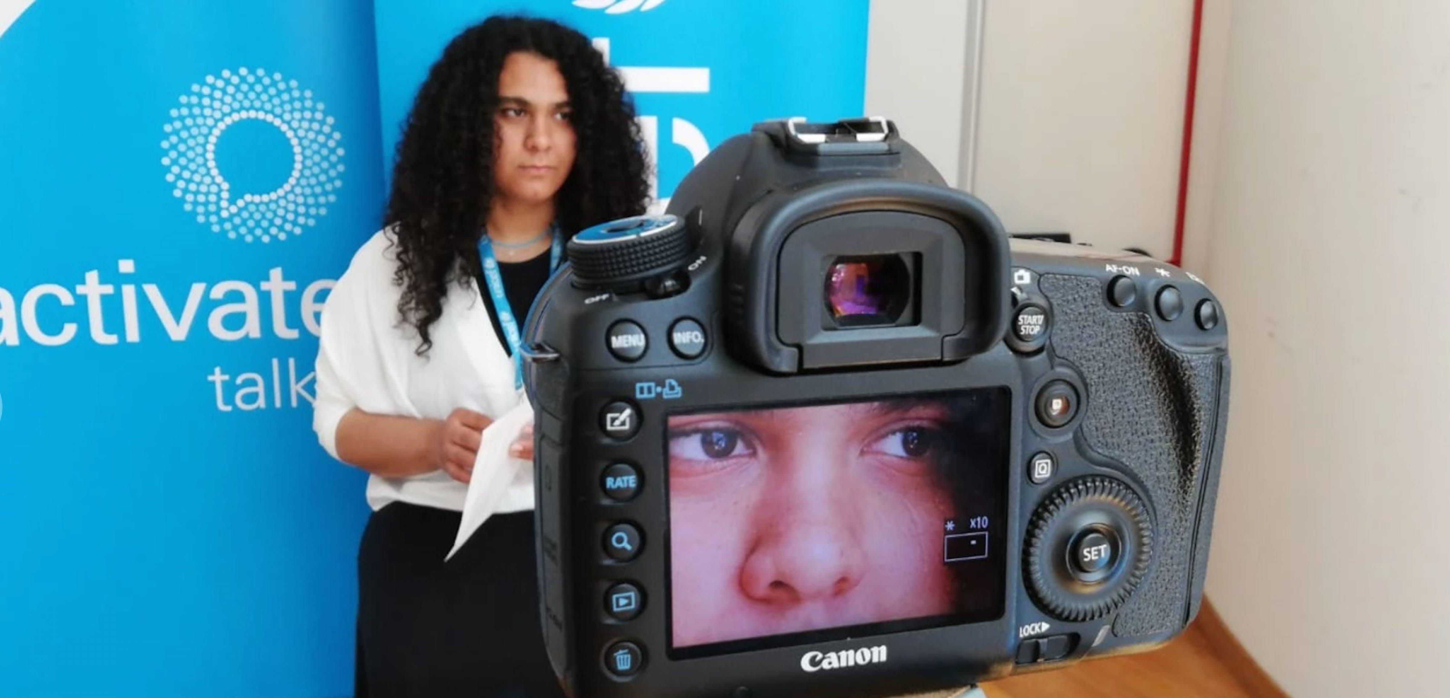 Activate Talk: una ragazza si prepara al suo intervento davanti alla telecamera