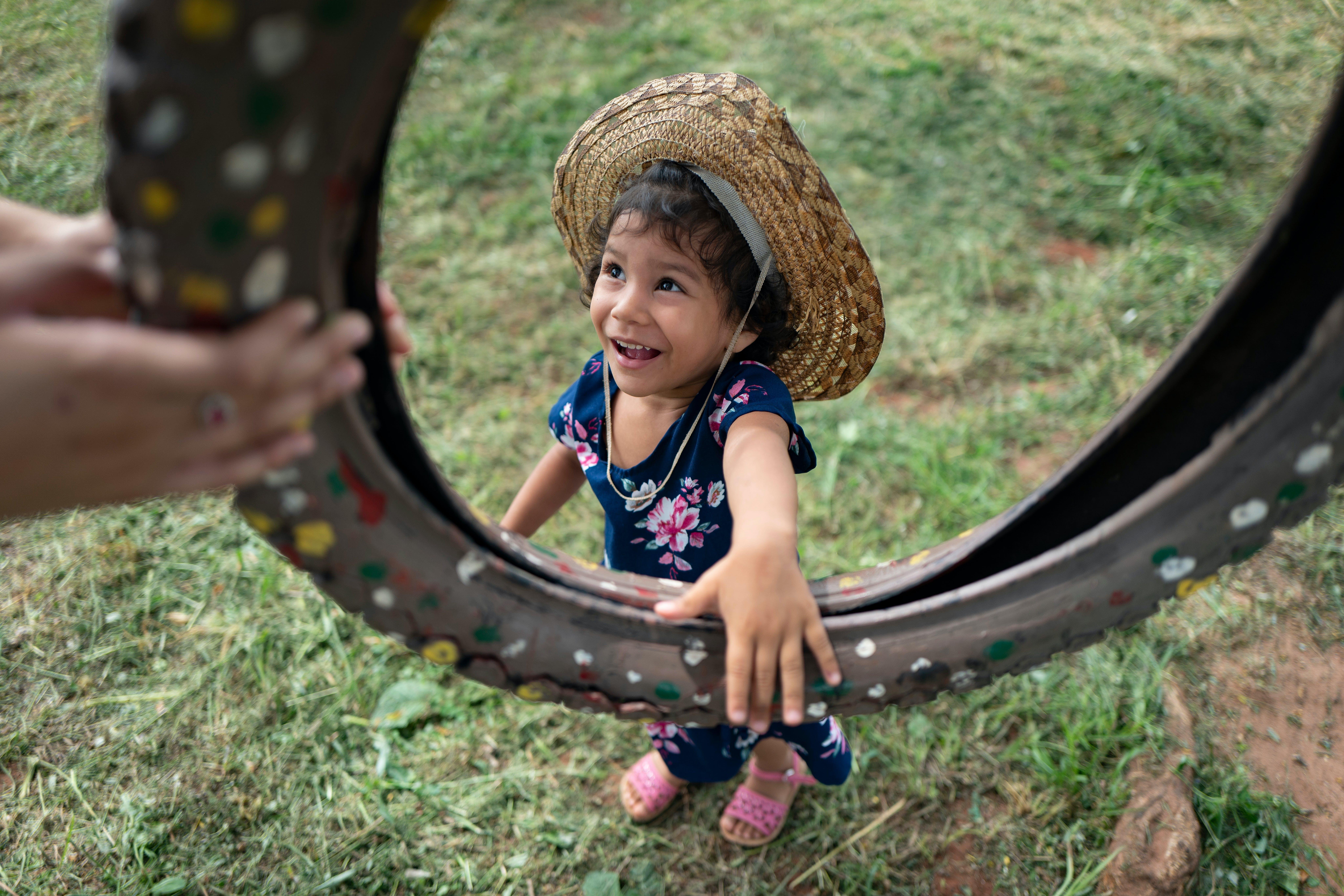Selva si prepara a giocare su un'altalena con gli amici e gli operatori professionisti fuori dal centro di Torore,  sostenuto dall'UNICEF ad Areguá Paraguay