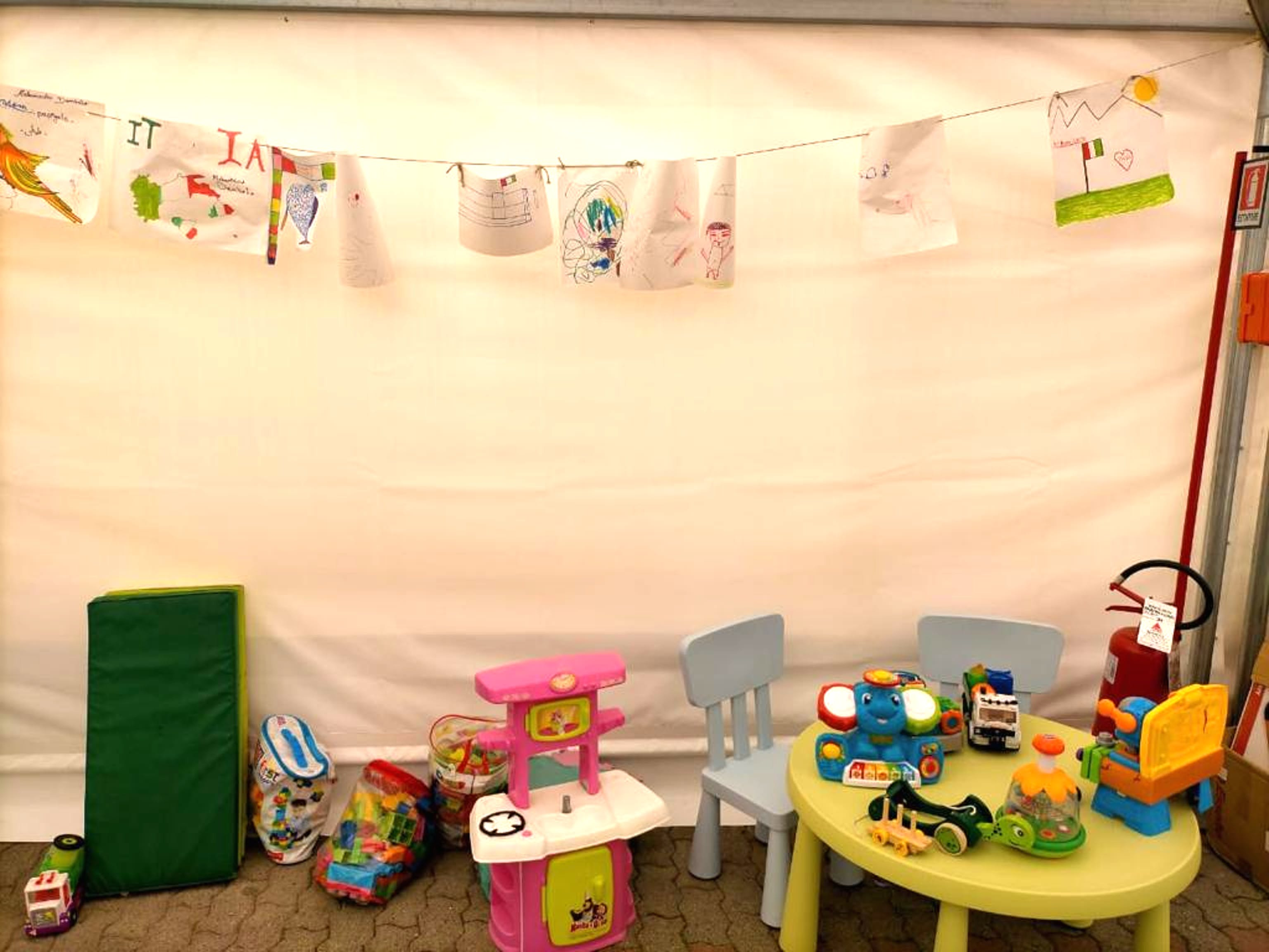 Spazio allestito a Ventimiglia per i bambini nell'ambito dell'operazione congiunta UNICEF-Save the Children