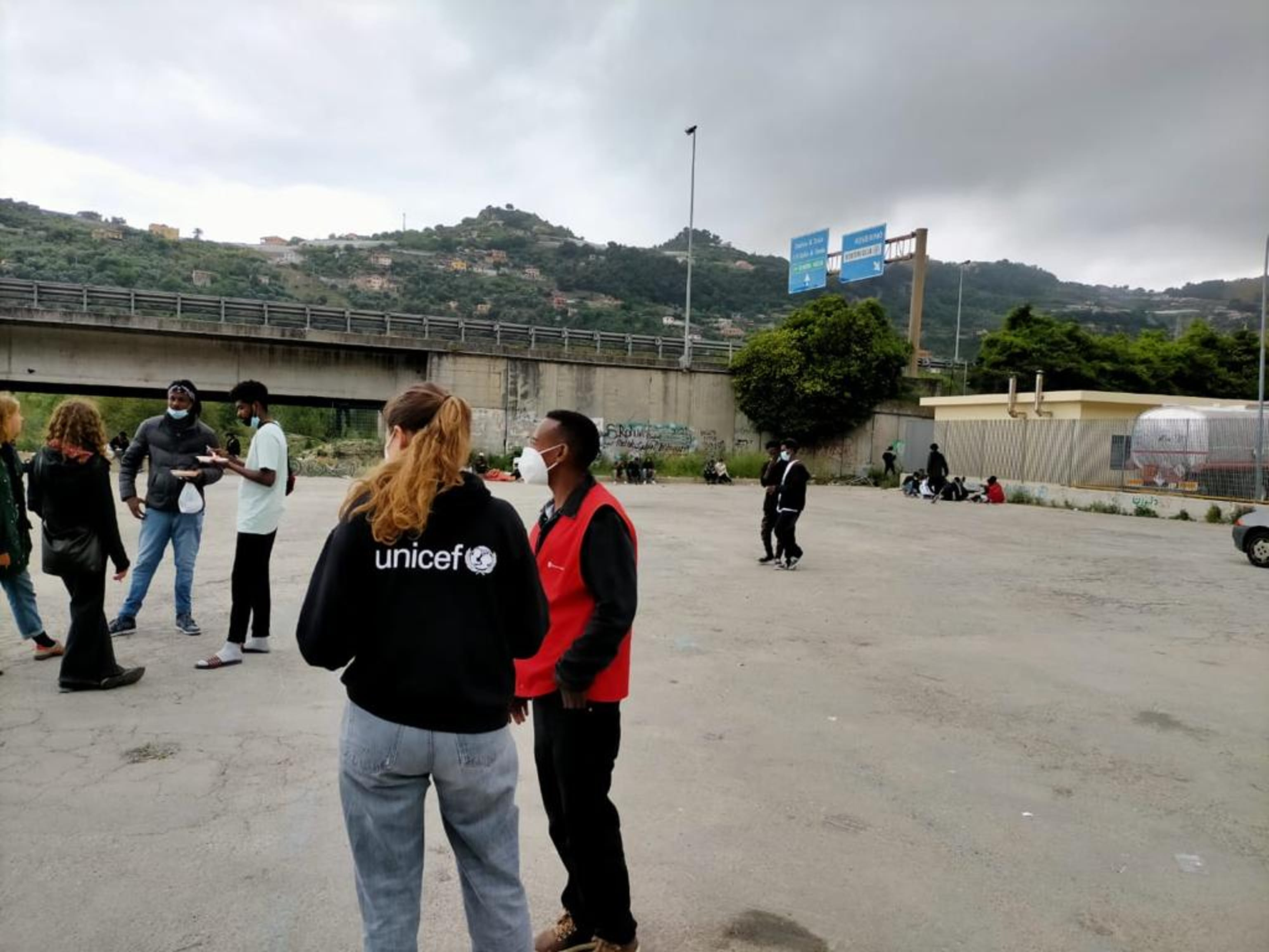 Personale UNICEF e Save the Children in uno dei luoghi di transito a Ventimiglia