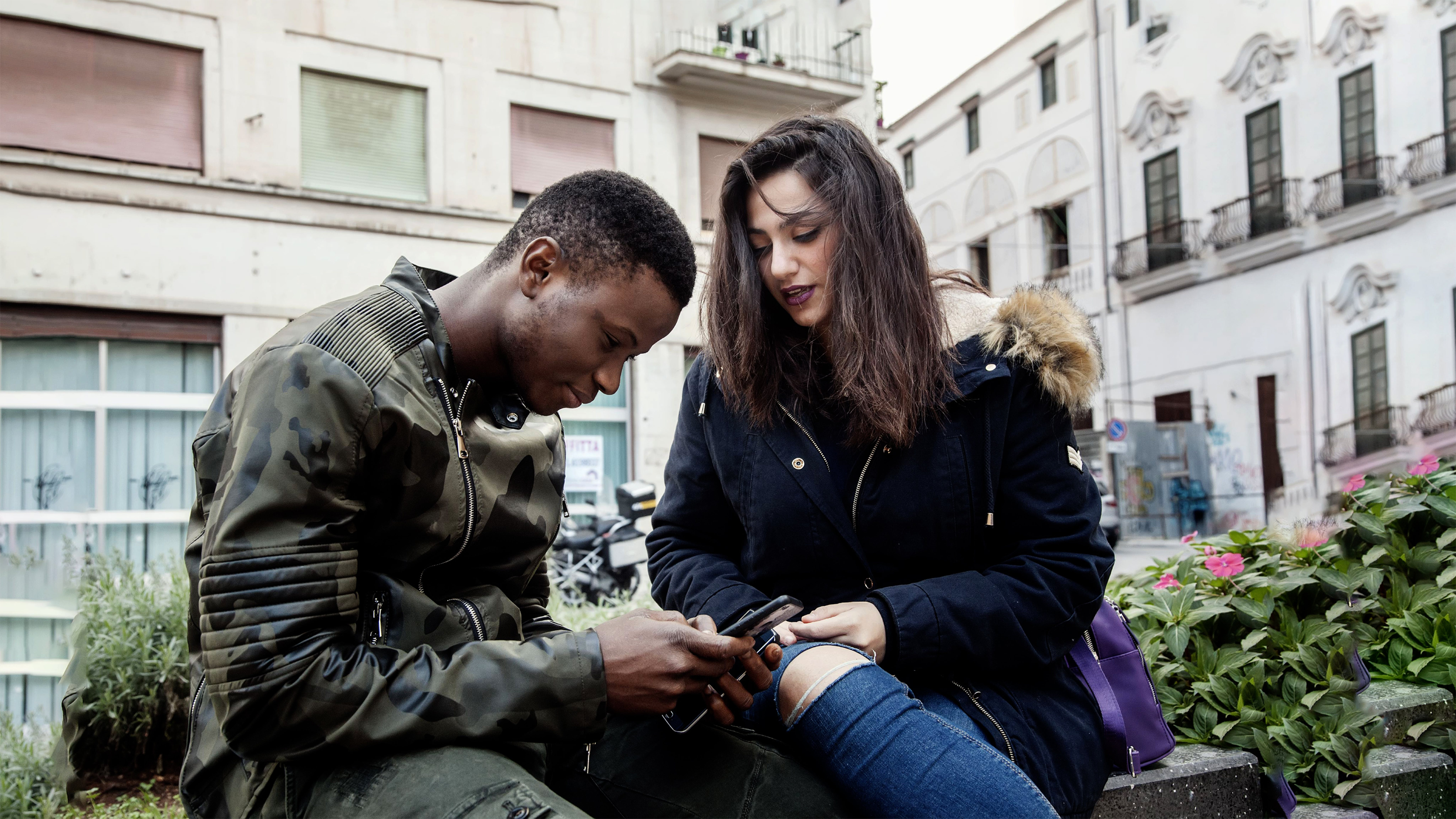 Italia, una ragazza italiana e un migrante rifugiato partecipano  al programma UPSHIFT dell'UNICEF, un corso per migranti, rifugiati e italiani locali.