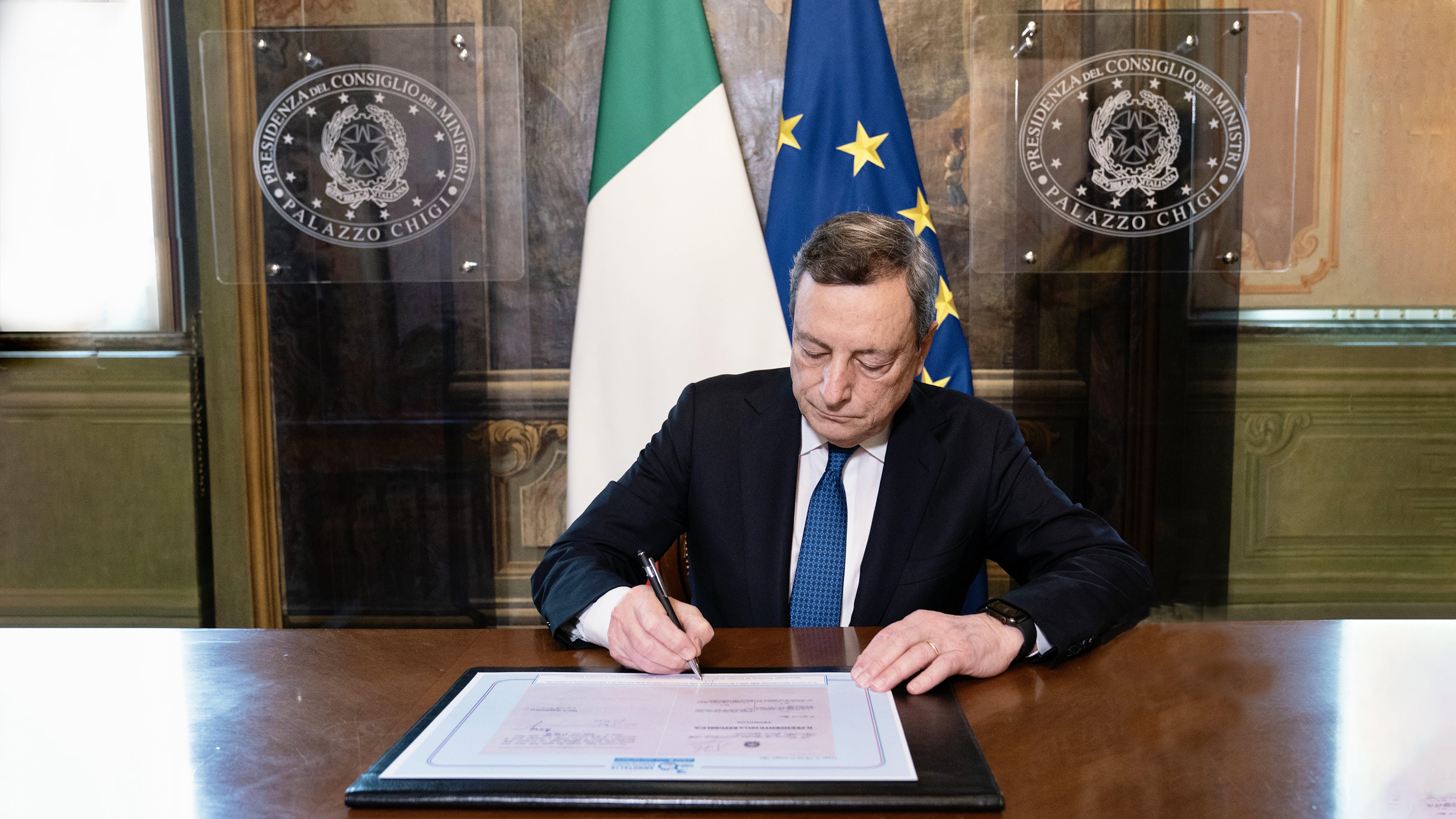 Il Presidente del Consiglio Mario Draghi firma la riproduzione della legge di ratifica della Convenzione sui Diritti dell'infanzia e dell'adolescenza a 30 anni dall'approvazione in Italia