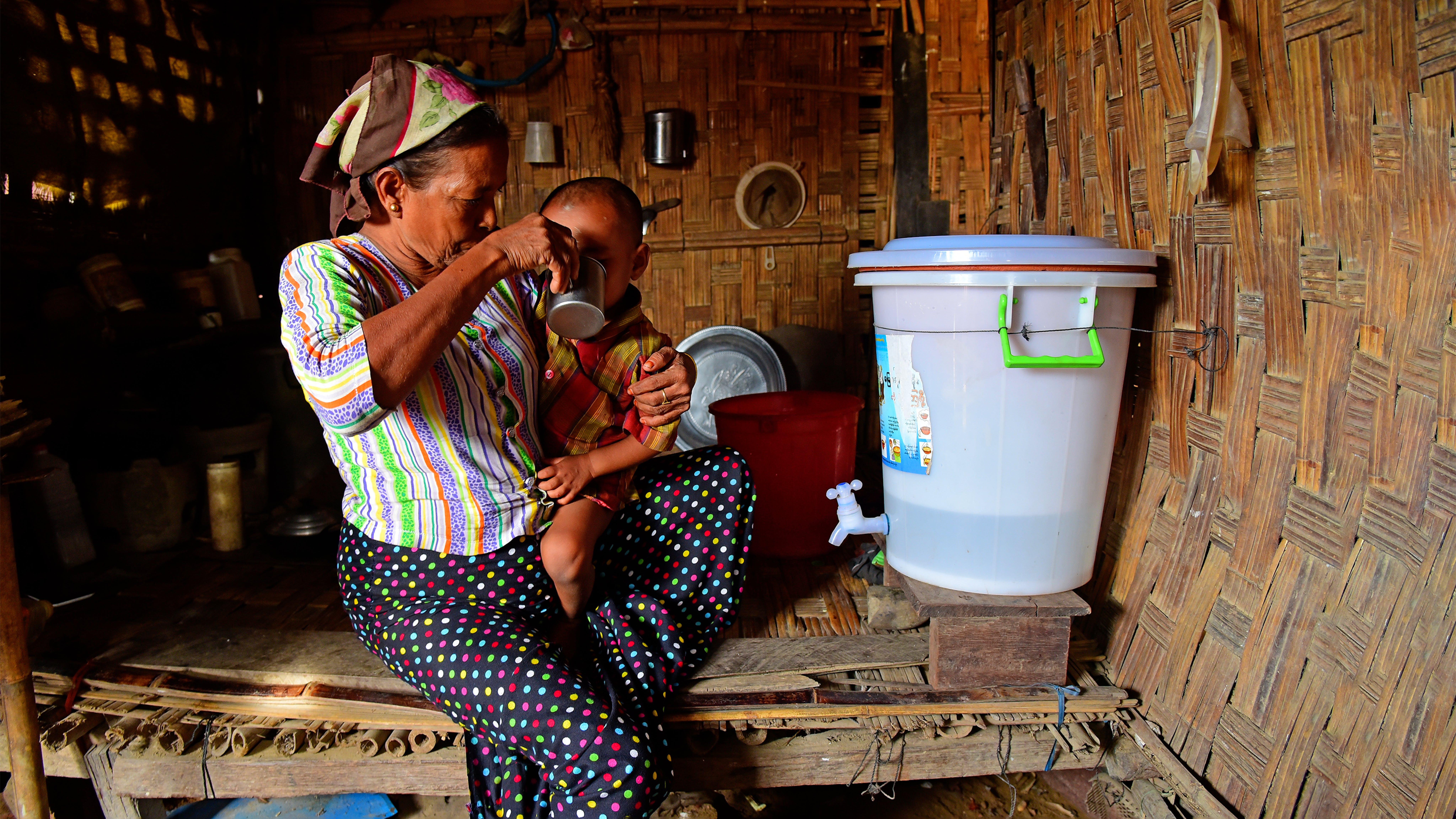 Myanmar, L'UNICEF ha fornito un kit igienico a  Daw Saw Saw che ora usa per immagazinare l'acqua che raccoglie vicino a casa sua.