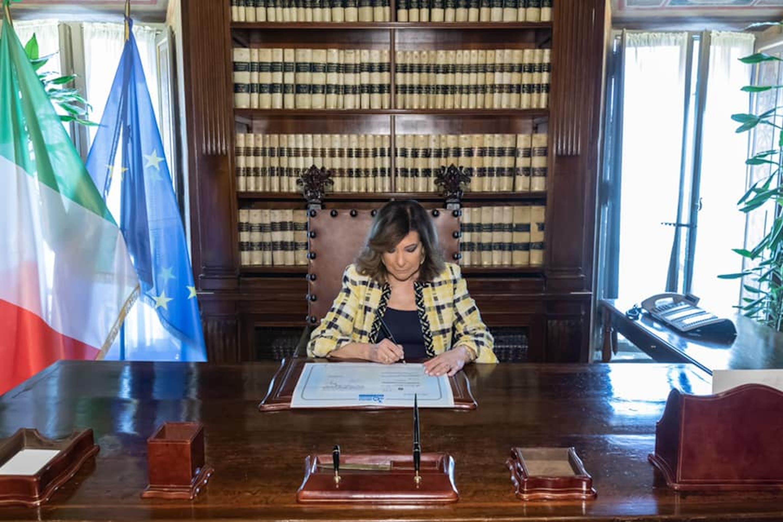 Il Presidente del Senato Maria Elisabetta Alberti Casellati firma la riproduzione della legge di ratifica della Convenzione sui diritti dell'infanzia