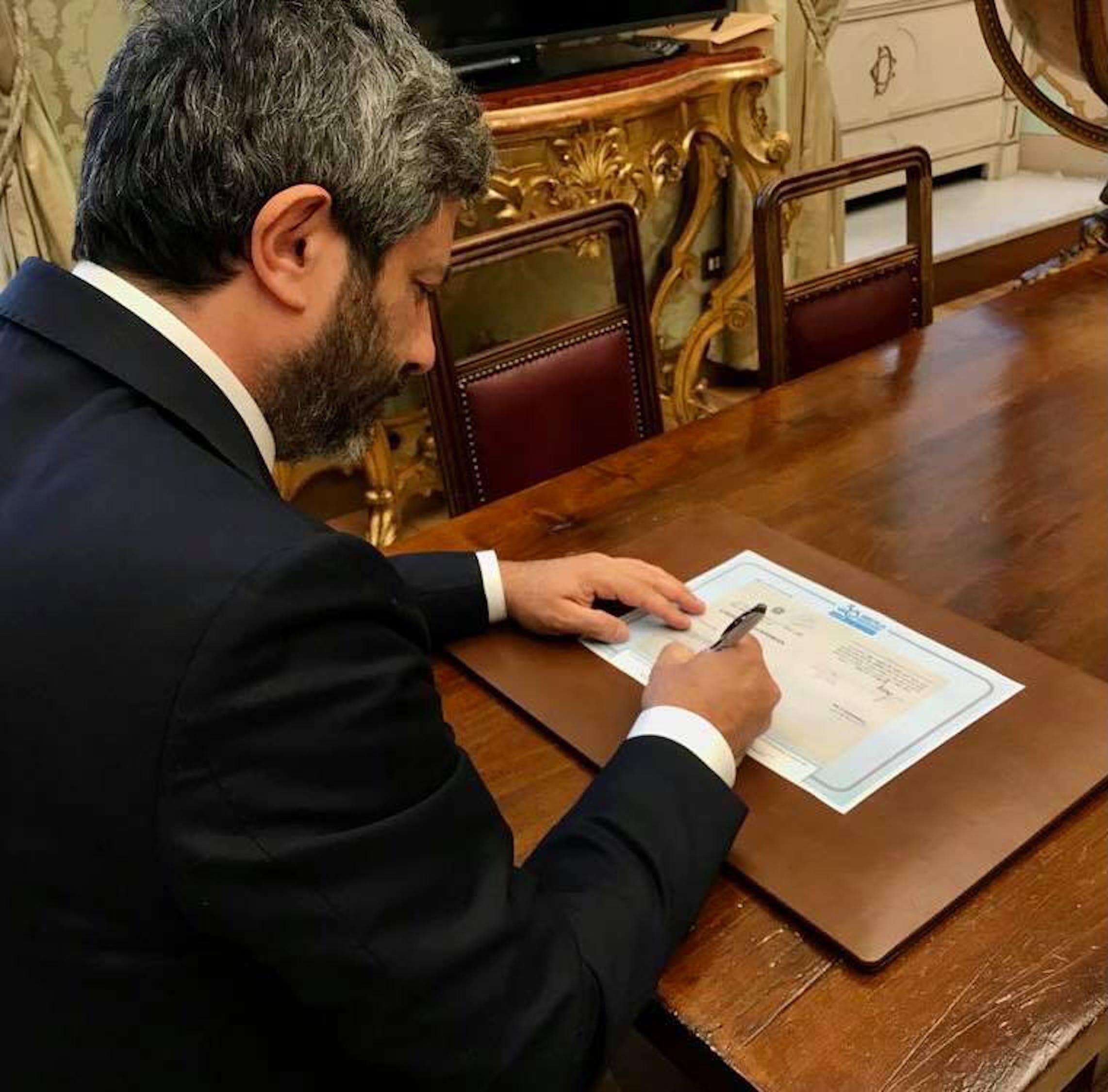 Il Presidente della Camera dei Deputati Roberto Fico firma la riproduzione della Convenzione dei Diritti dell'Infanzia