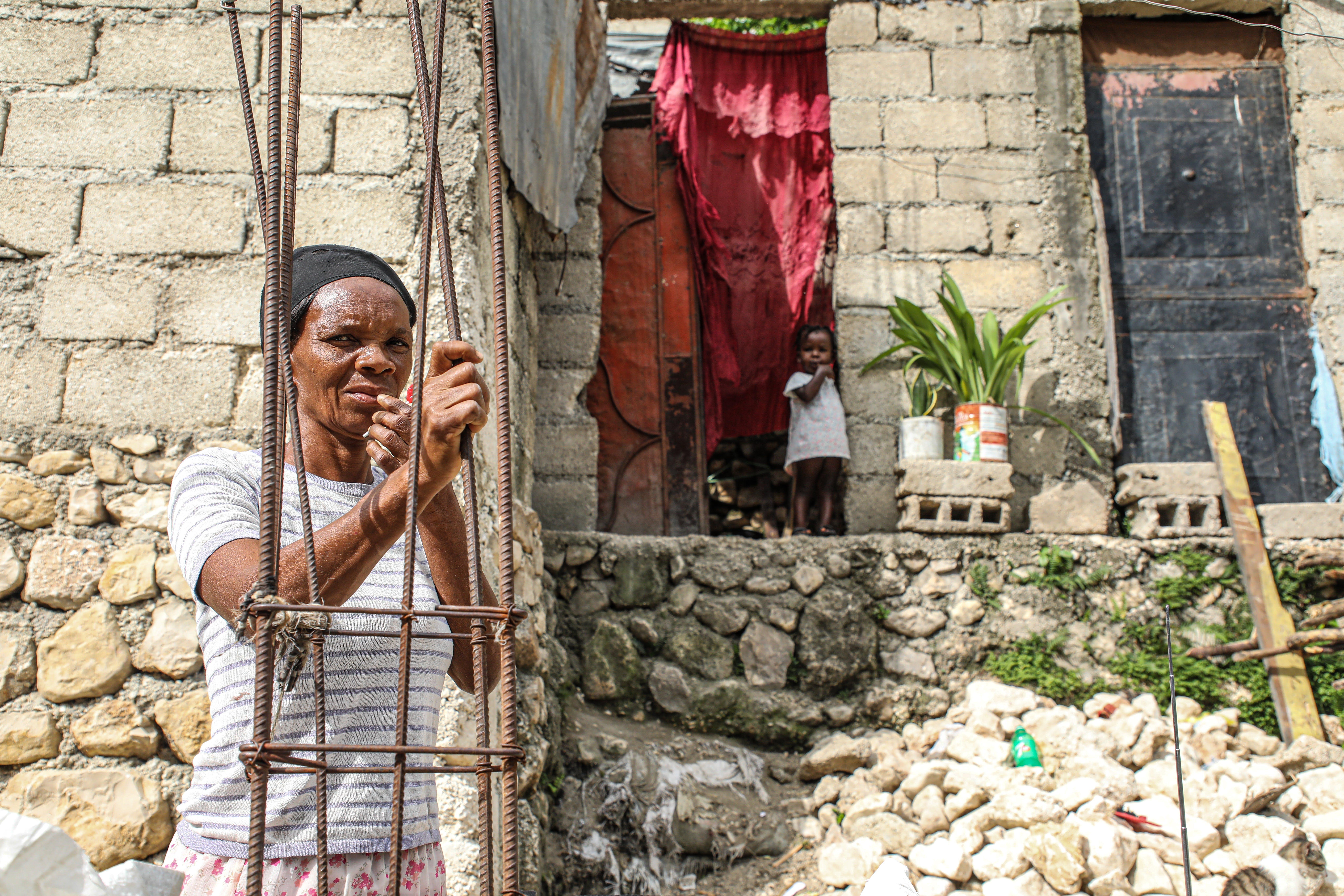 Haiti, Port-au-Pince: questa nonna con la nipotina sono tra gli sfollati delle violenze scoppiate nella capitale nel maggio 2021