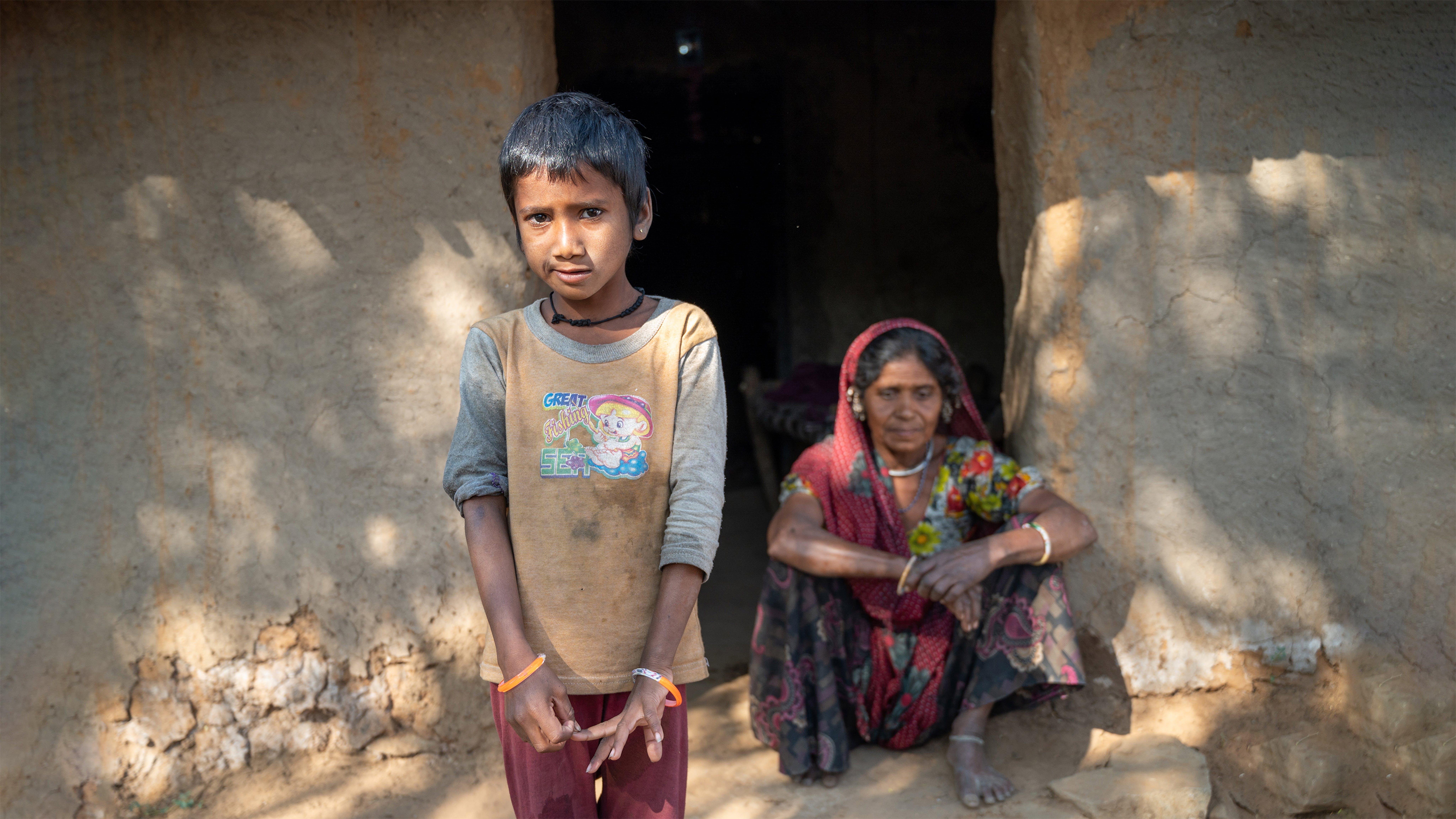 India, Sonal di 10 anni è rimasto orfano dei genitori e sua nonna ha difficiltà nel prendersene cura