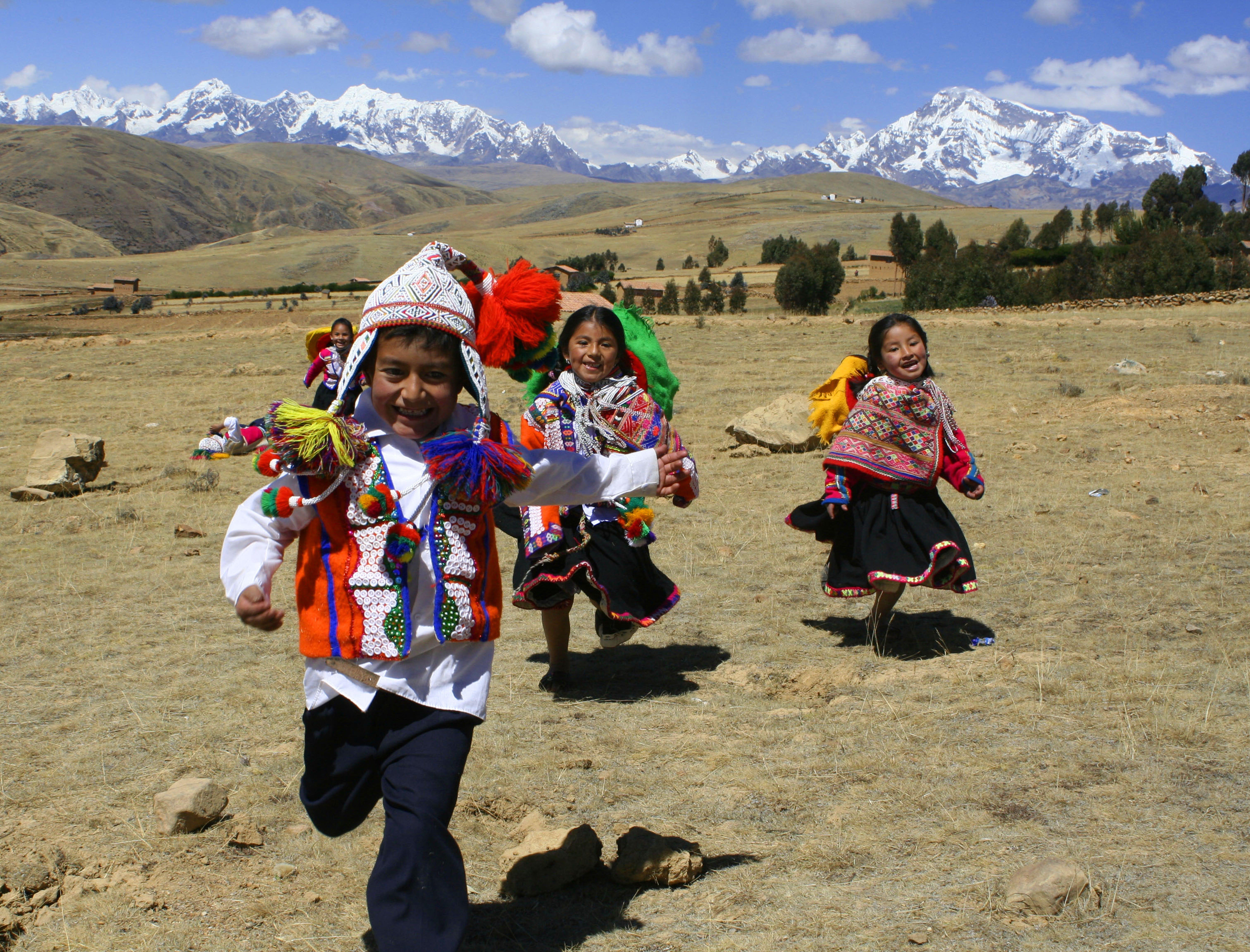 Bambini che giocano in un centro ricreativo per l'infanzia a Cusco, Perù