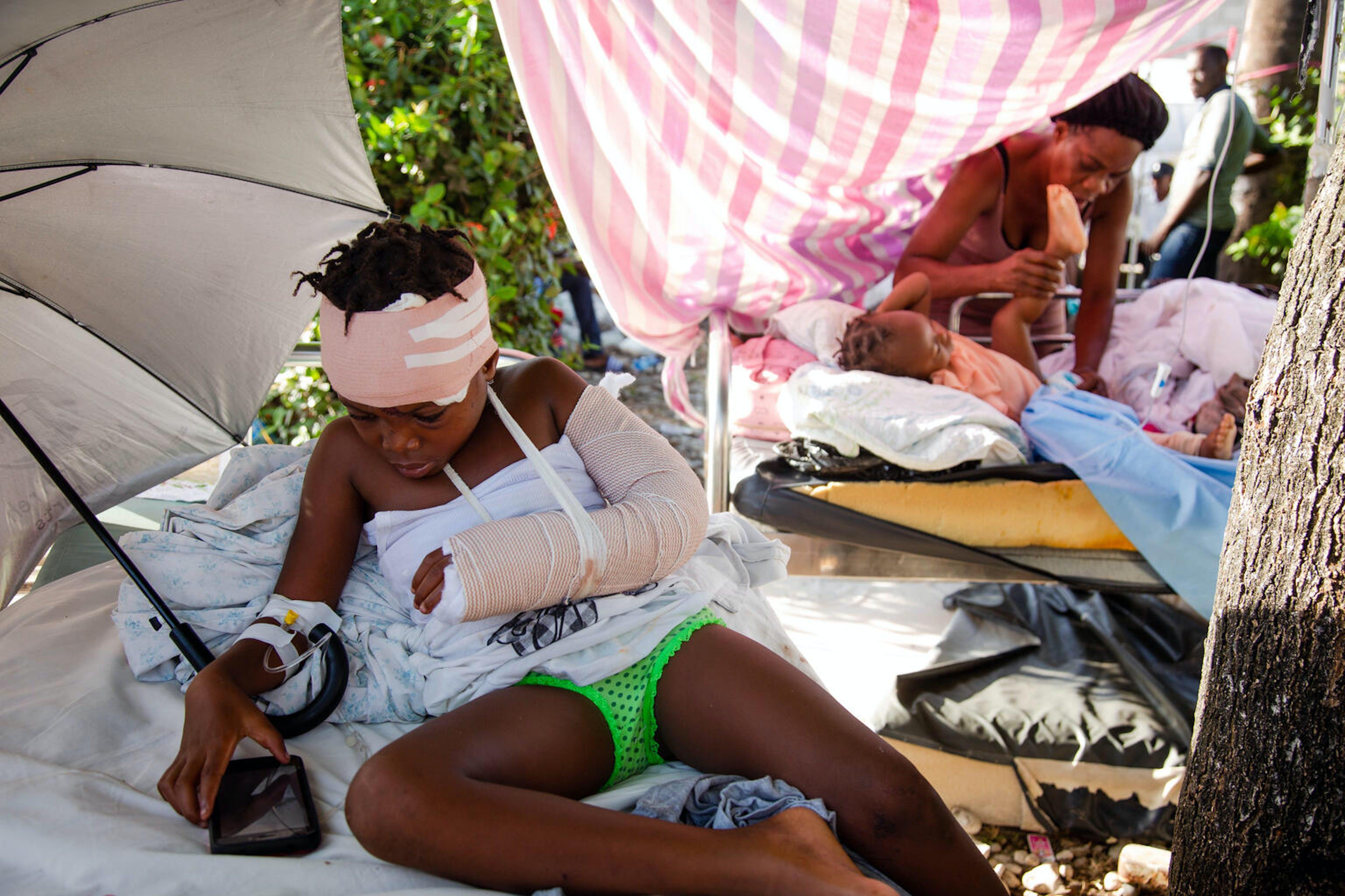 Petiote, 6 anni, attende l'intervento chirurgico per il braccio fratturato, All'Immaculee Conception Hospital a Les Cayes, Haiti