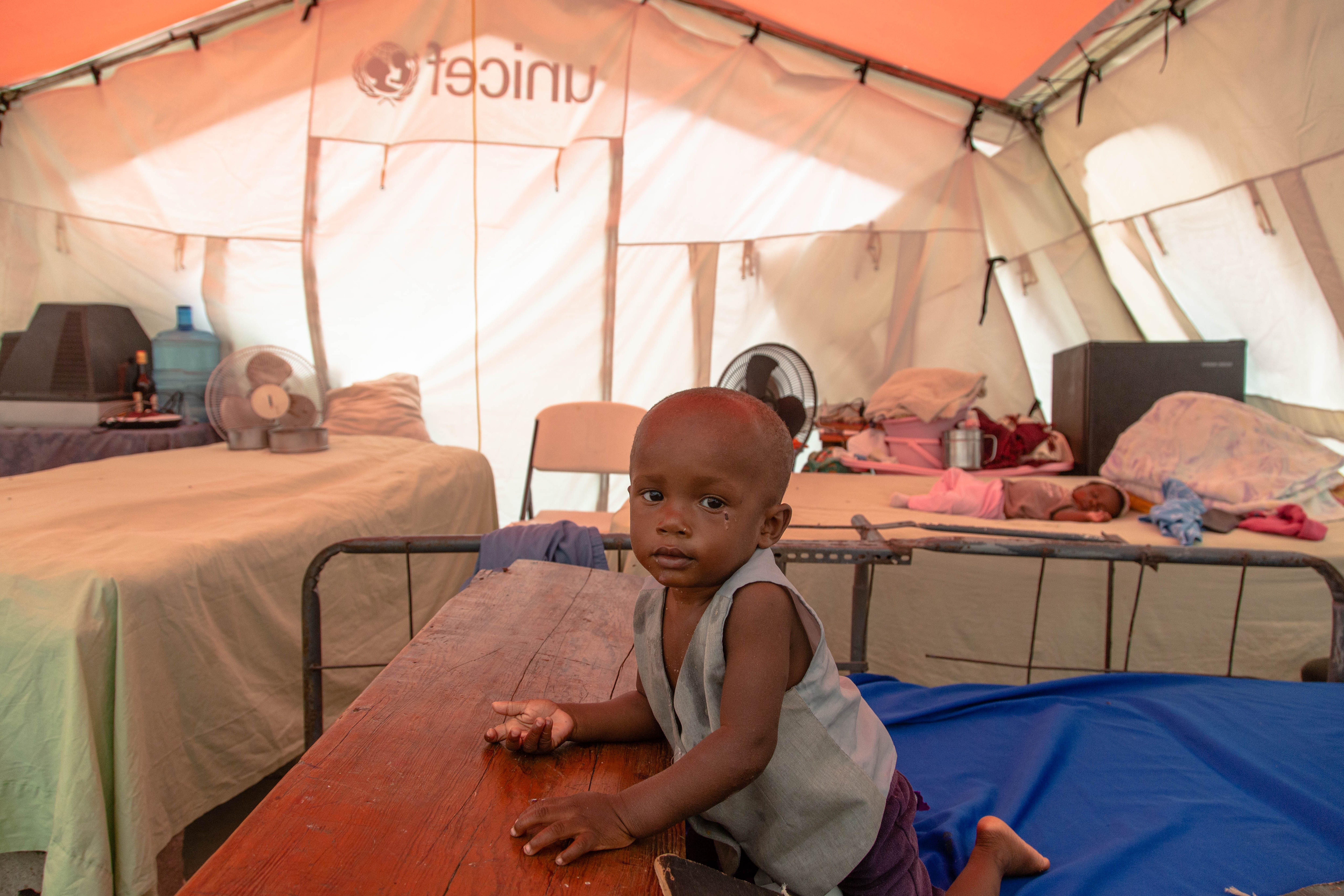 Karl, 15 mesi, in una tenda fornita dall'UNICEF nei rifugi temporanei nella Phillipe Guerrier High School a Les Cayes, Haiti,  il 17 Agosto 2021