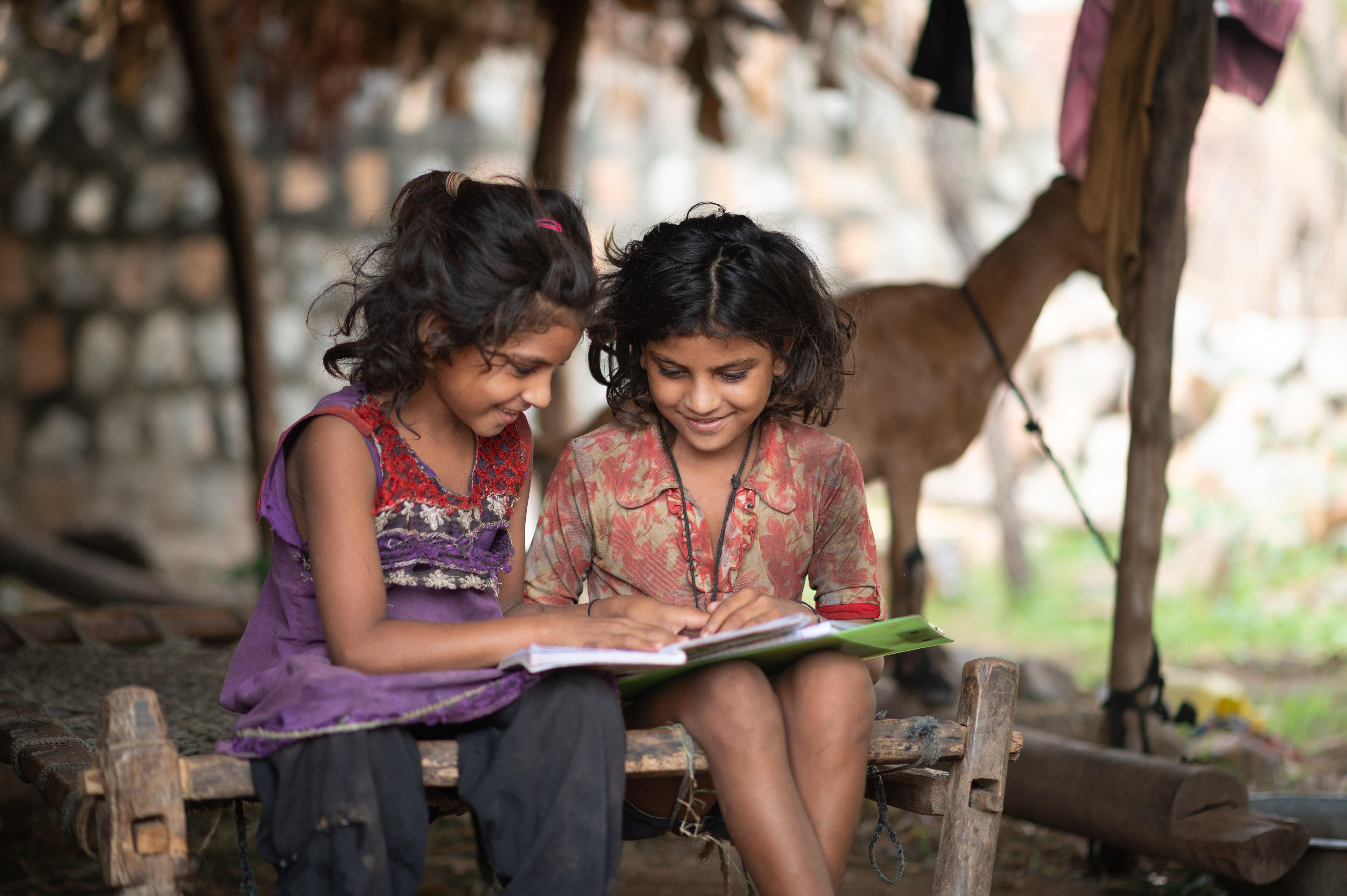 India: Kanchan e Kashi studiano a casa durante il lockdown imposto dal Covid19 nel 2020